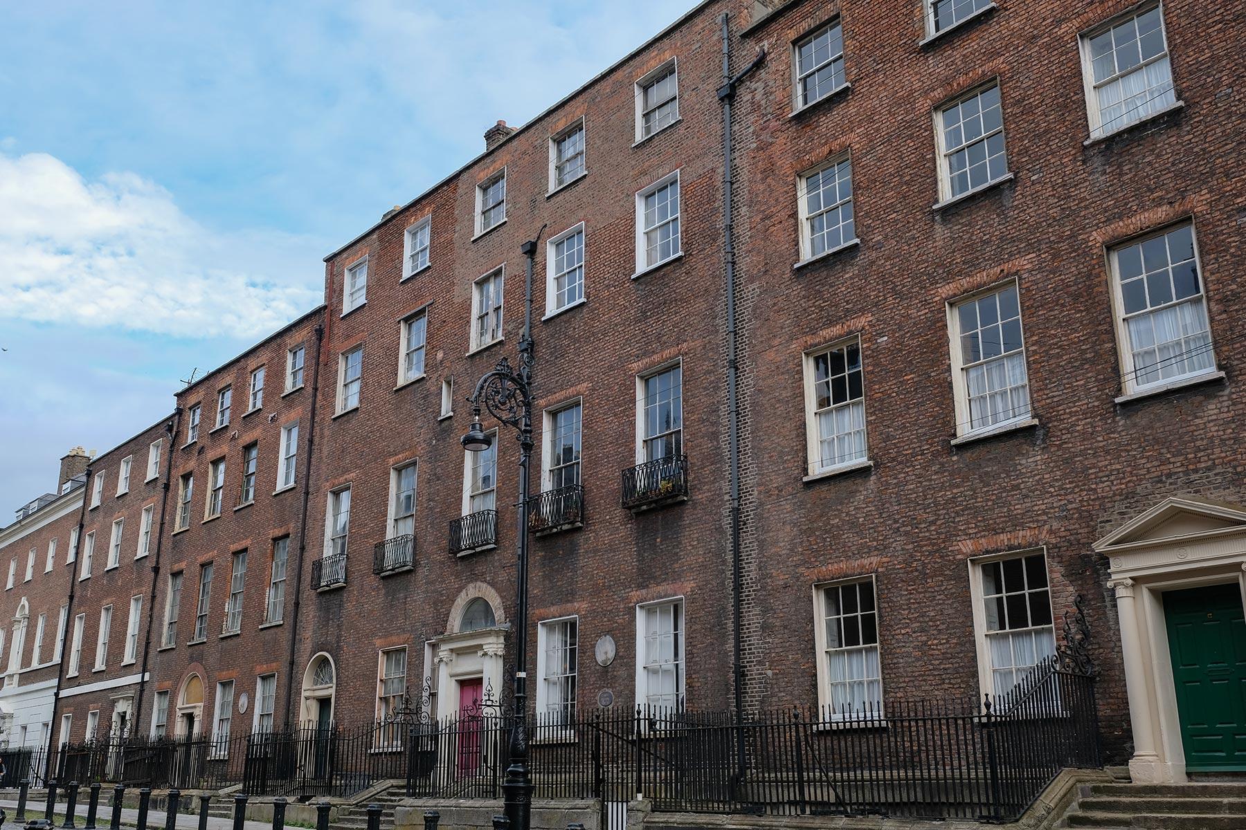 Typische rote Backsteinhäuser in der Henrietta Street in Dublin