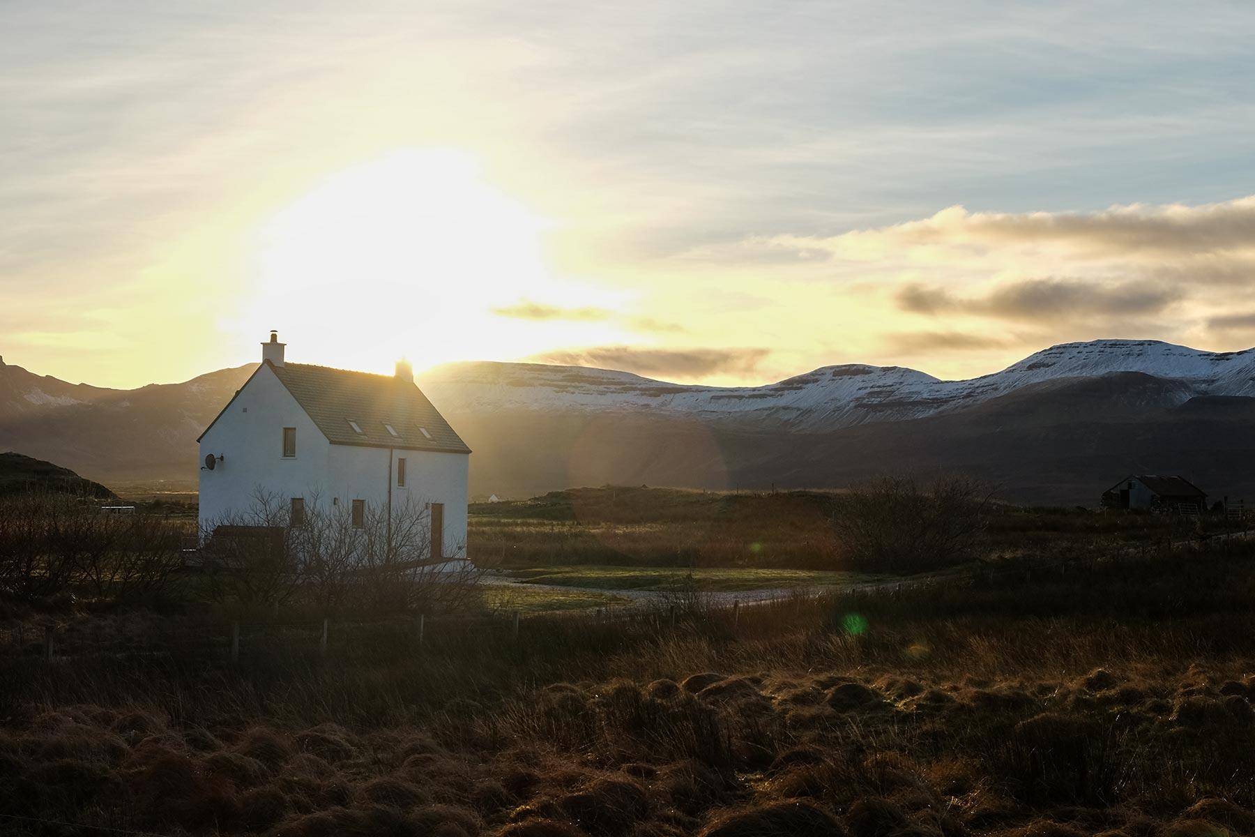 Cottage auf der Isle of Skye bei Sonnenuntergang, Schottland
