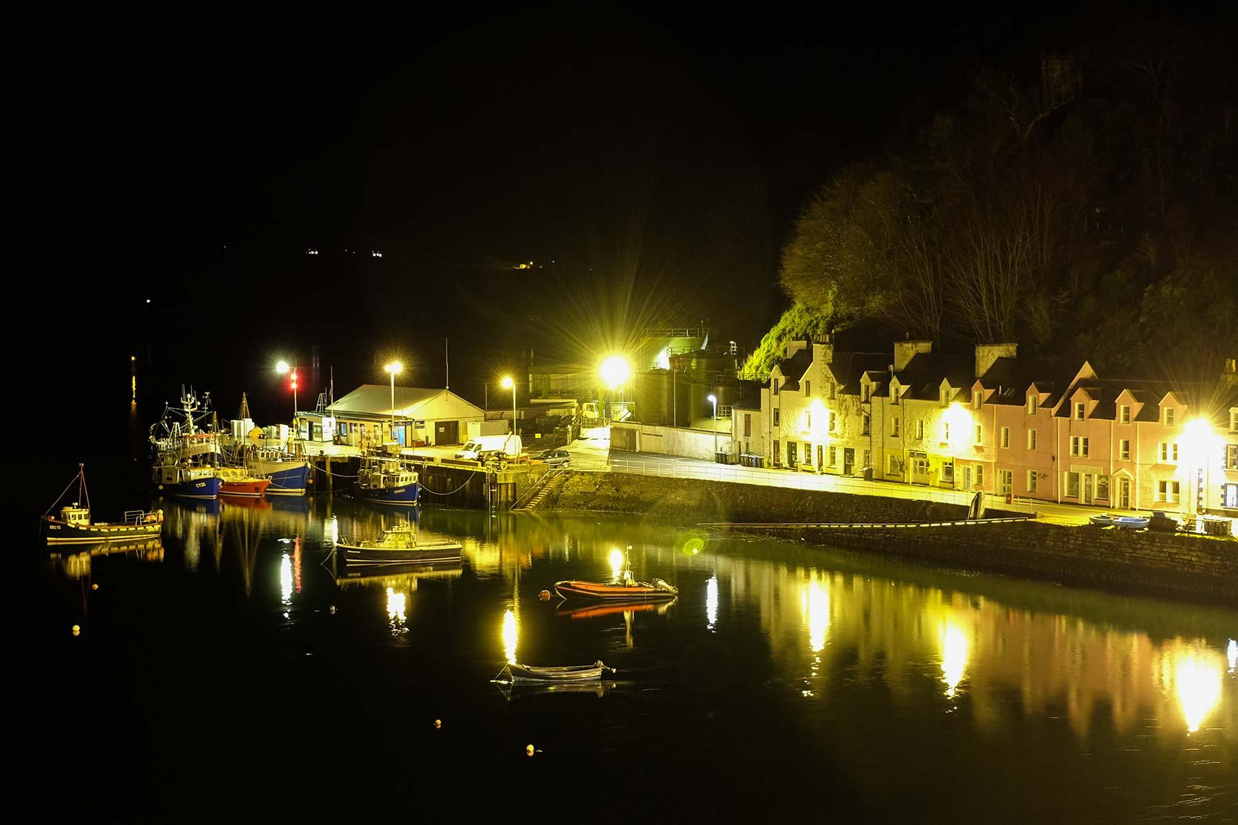 Hafen von Portree bei Nacht auf der Isle of Skye, Schottland