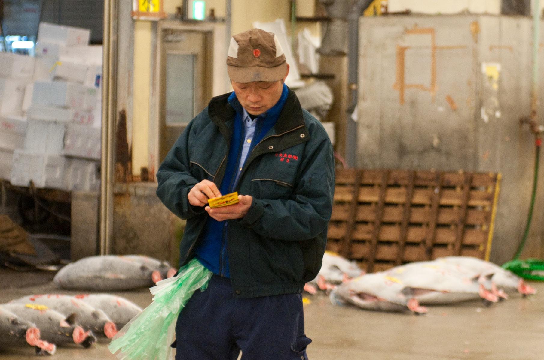 Einkäufer auf dem Tsukiji Fischmarkt in Tokyo, Japan