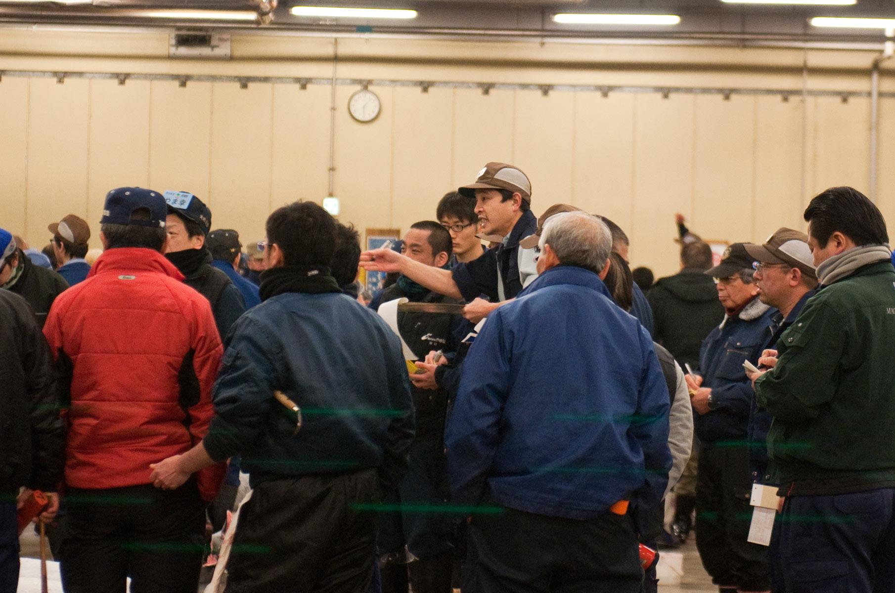 Einkäufer und Auktionator auf dem Tsukiji Fischmarkt in Tokyo, Japan