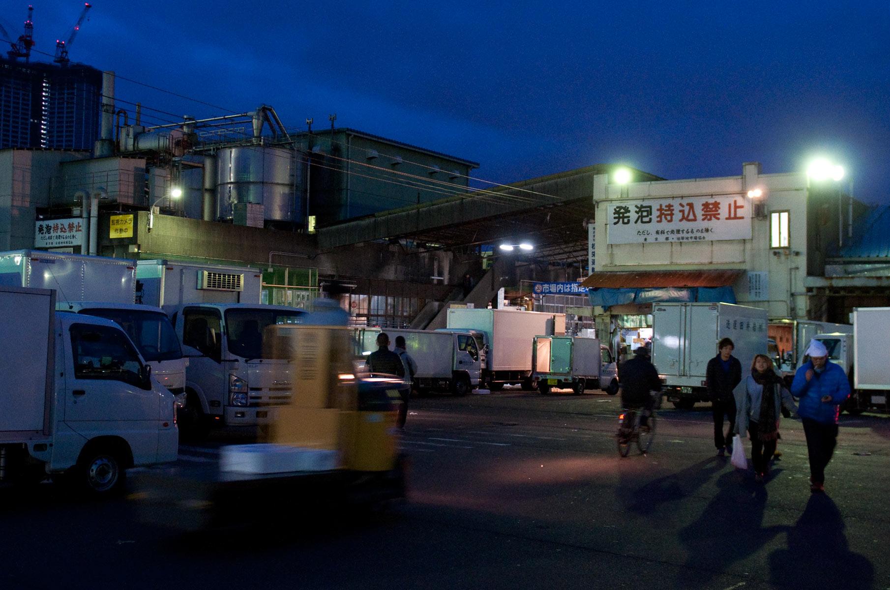 Tsukiji Fischmarkt in Tokyo bei Nacht, Japan