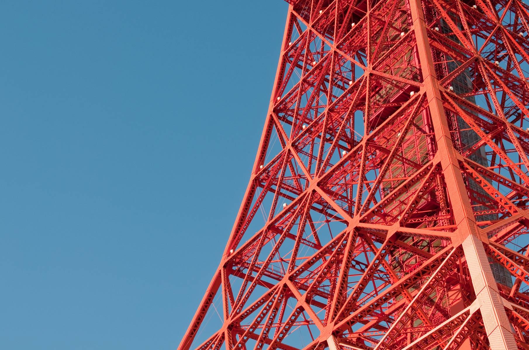 Tokyo Tower bei blauem Himmel in Japan