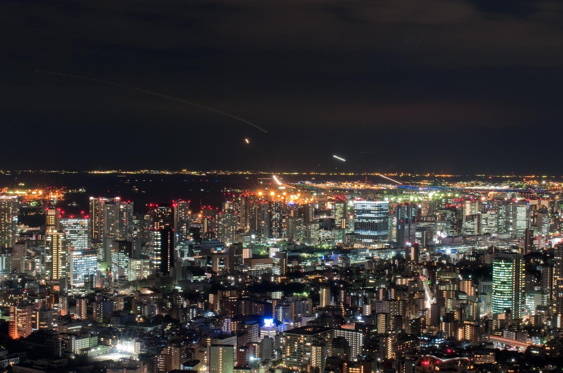 Blick auf den Haneda Airport bei Nacht vom Tokyo City View Observation Deck, Japan