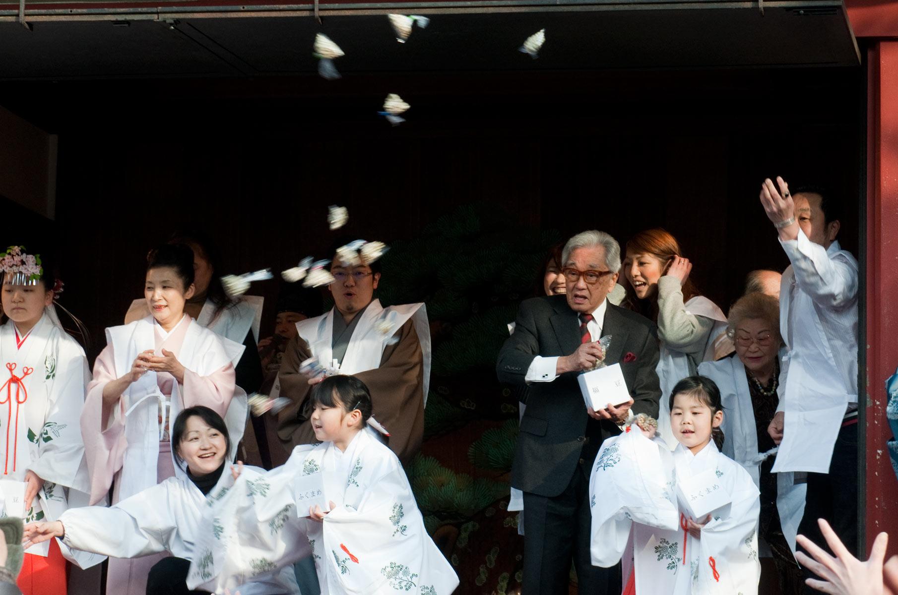 Bohnenwerfen zum Setsubun Festes am Sensoji Tempel in Tokyo, Japan