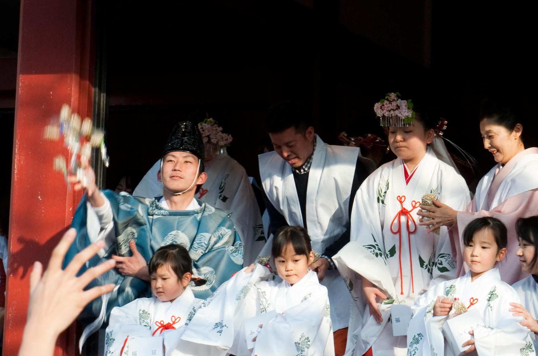 Bohnenwerfen zum Setsubun Fest am Sensoji Tempel in Tokyo, Japan