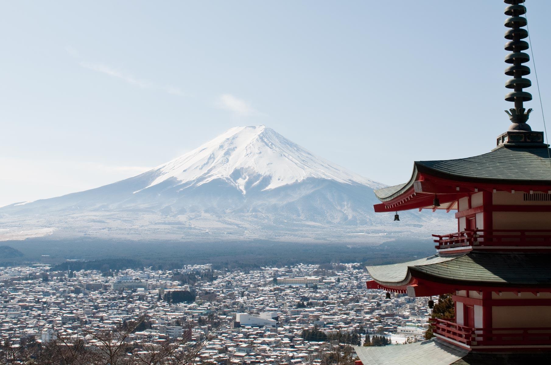 Blick auf den verschneiten Mt. Fuji und der Chureito Pagode im Winter in Japan