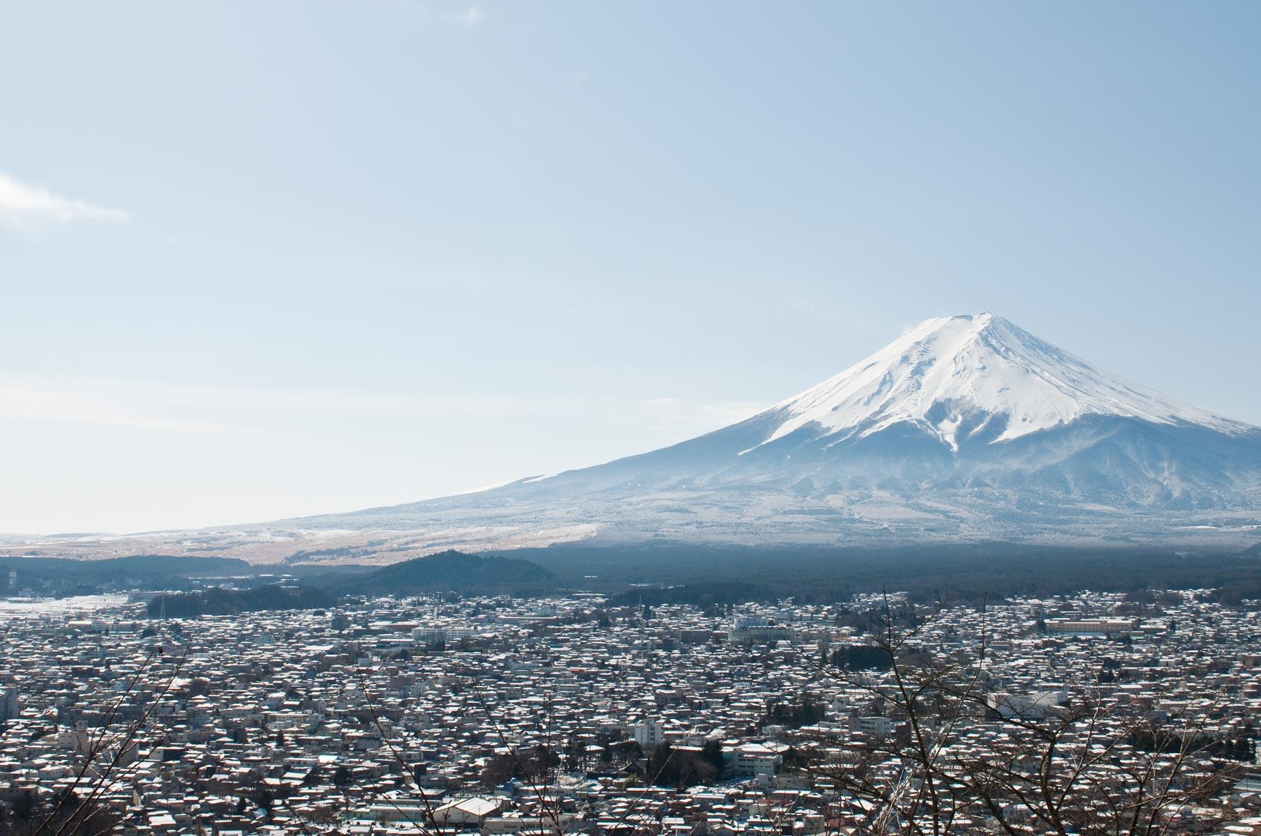Blick auf den verschneiten Mt. Fuji von der Chureito Pagode im Winter in Japan