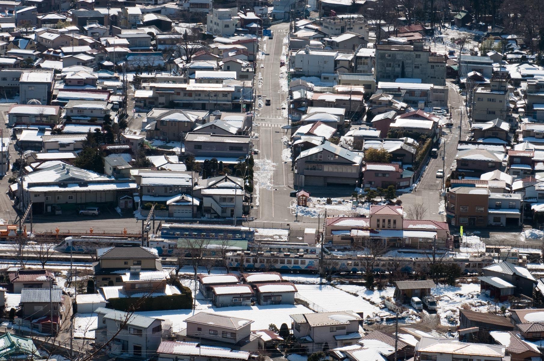 Blick auf die Shimoyoshida Station in Fujiyoshida 富士吉田市 von der Chureito Pagode in Japan