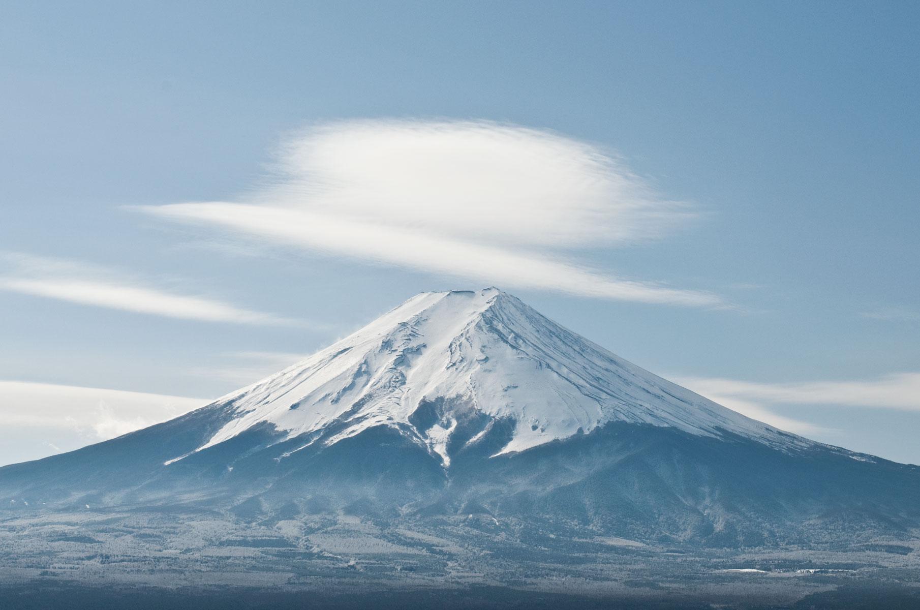 Blick auf den verschneiten Mt. Fuji von der Chureito Pagode