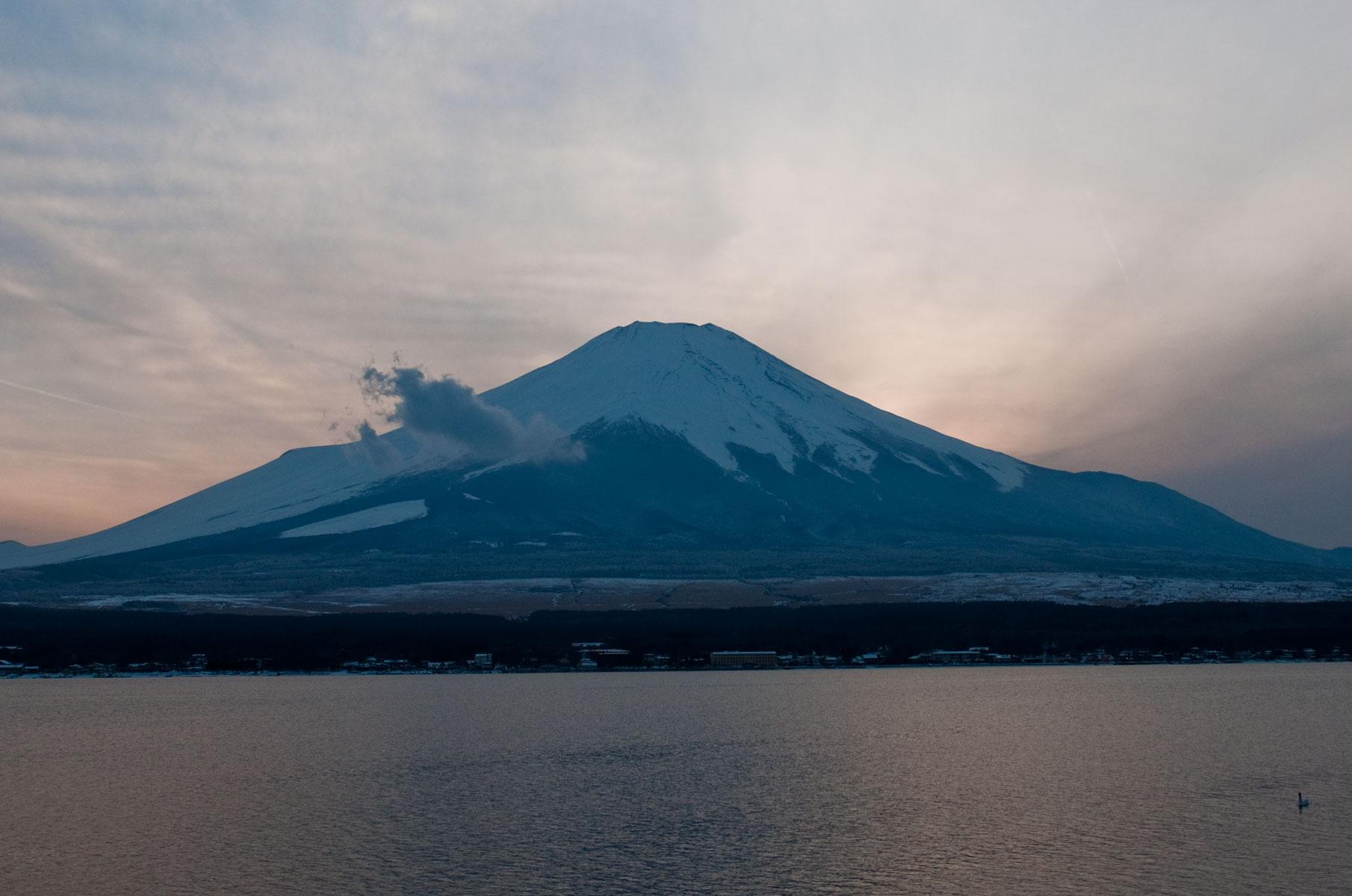Blick auf den verschneiten Mt. Fuji vom Lake Kawaguchi