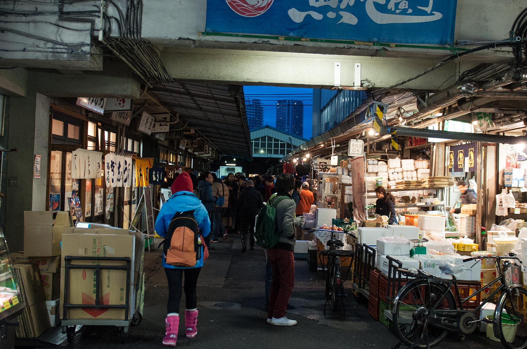 Fischrestaurants am Tsukiji Fischmarkt in Tokyo am frühen Morgen, Japan