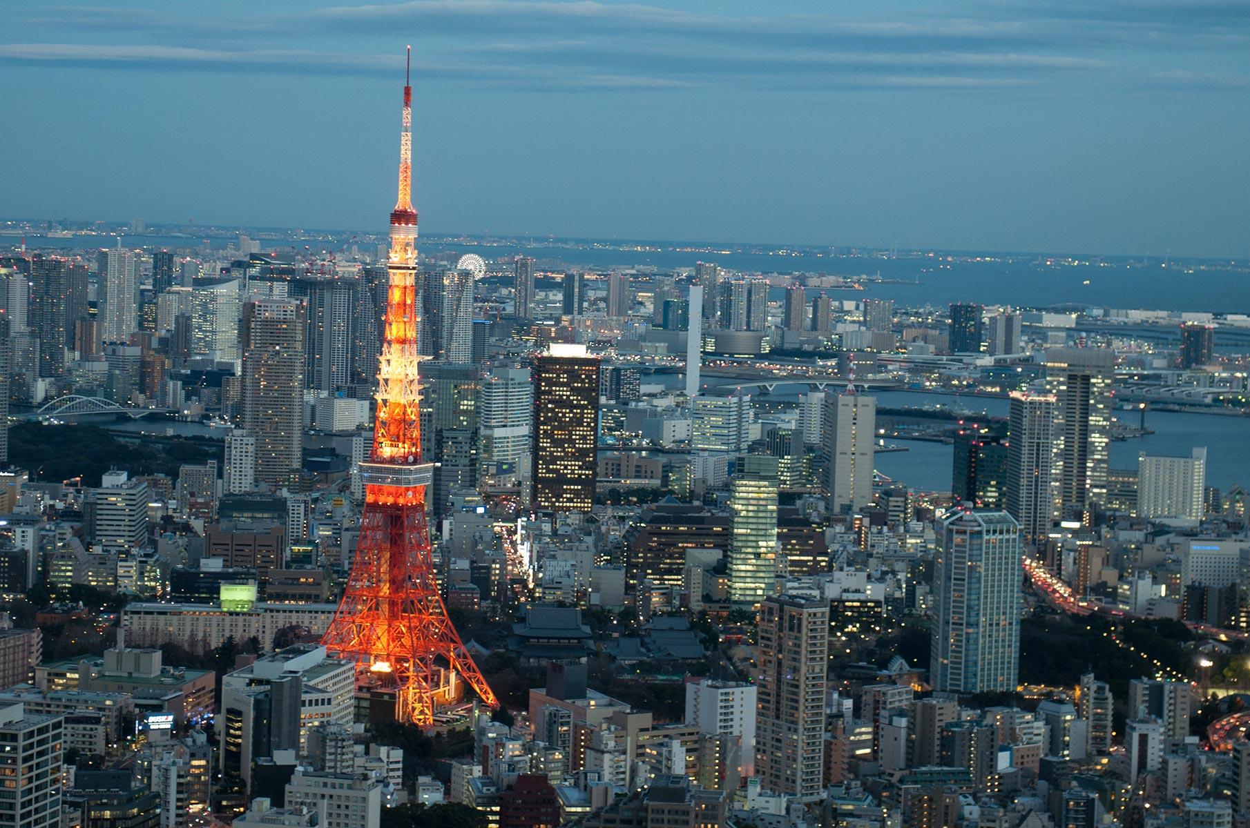 Blick auf den Tokyo Tower bei Nacht vom Tokyo City View Observation Deck, Japan