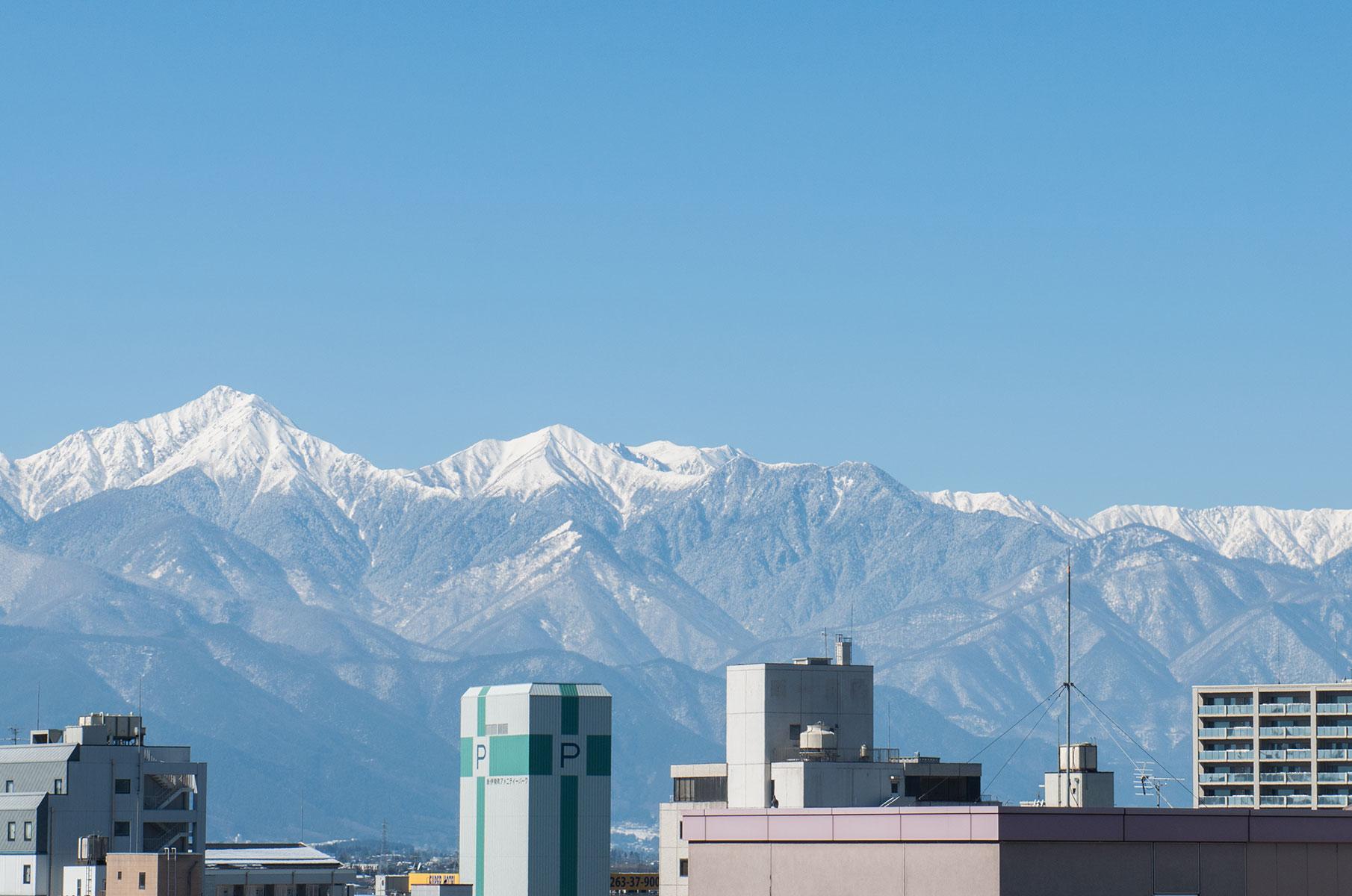 Blick auf die verschneite Bergregion rund um Matsumoto, Japan