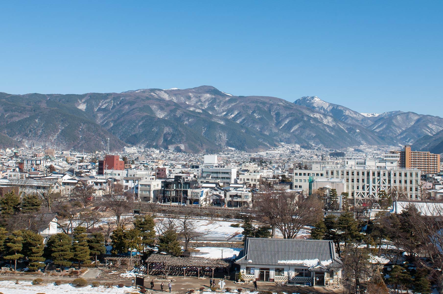 Blick auf die Bergregion in Matsumoto von der Burg Matsumoto in Japan