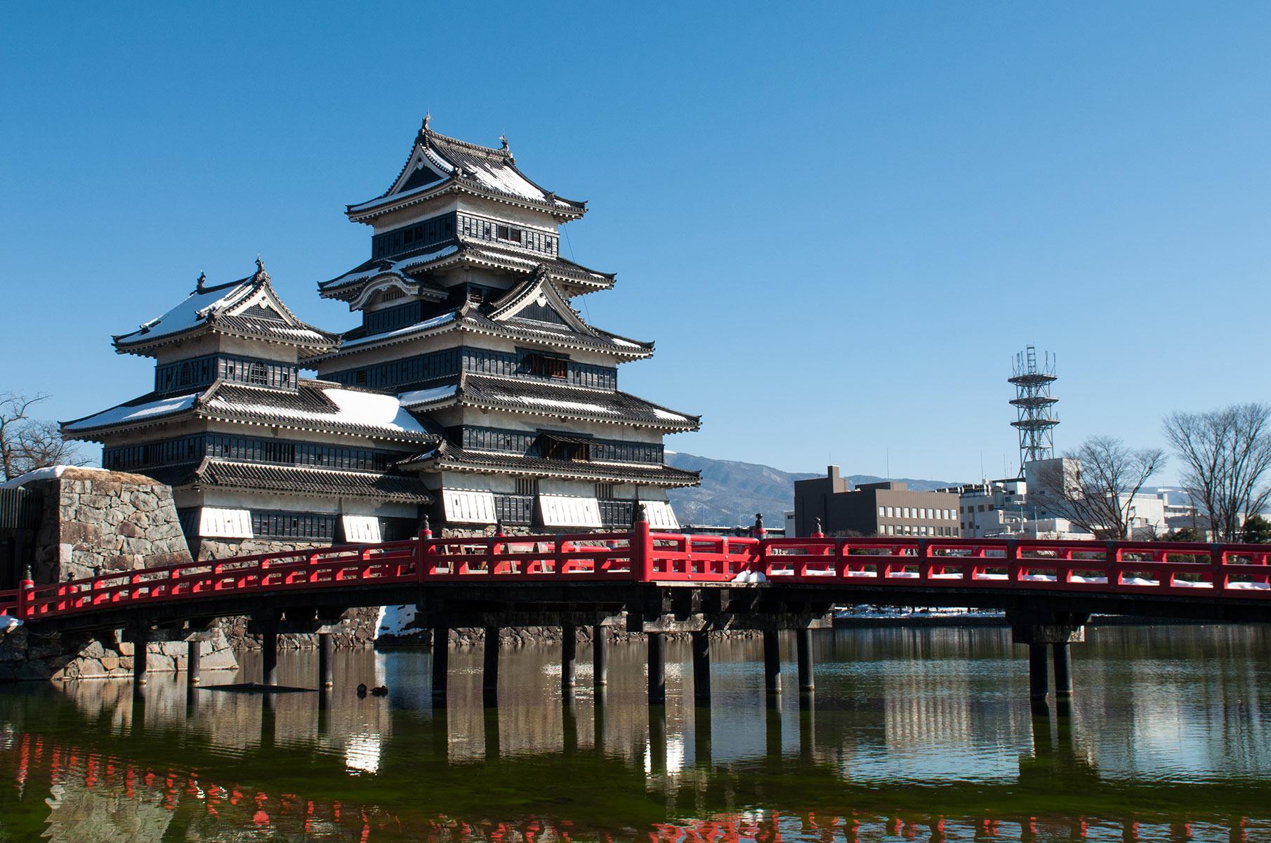 Burg Matsumoto mit roter Brücke in Japan