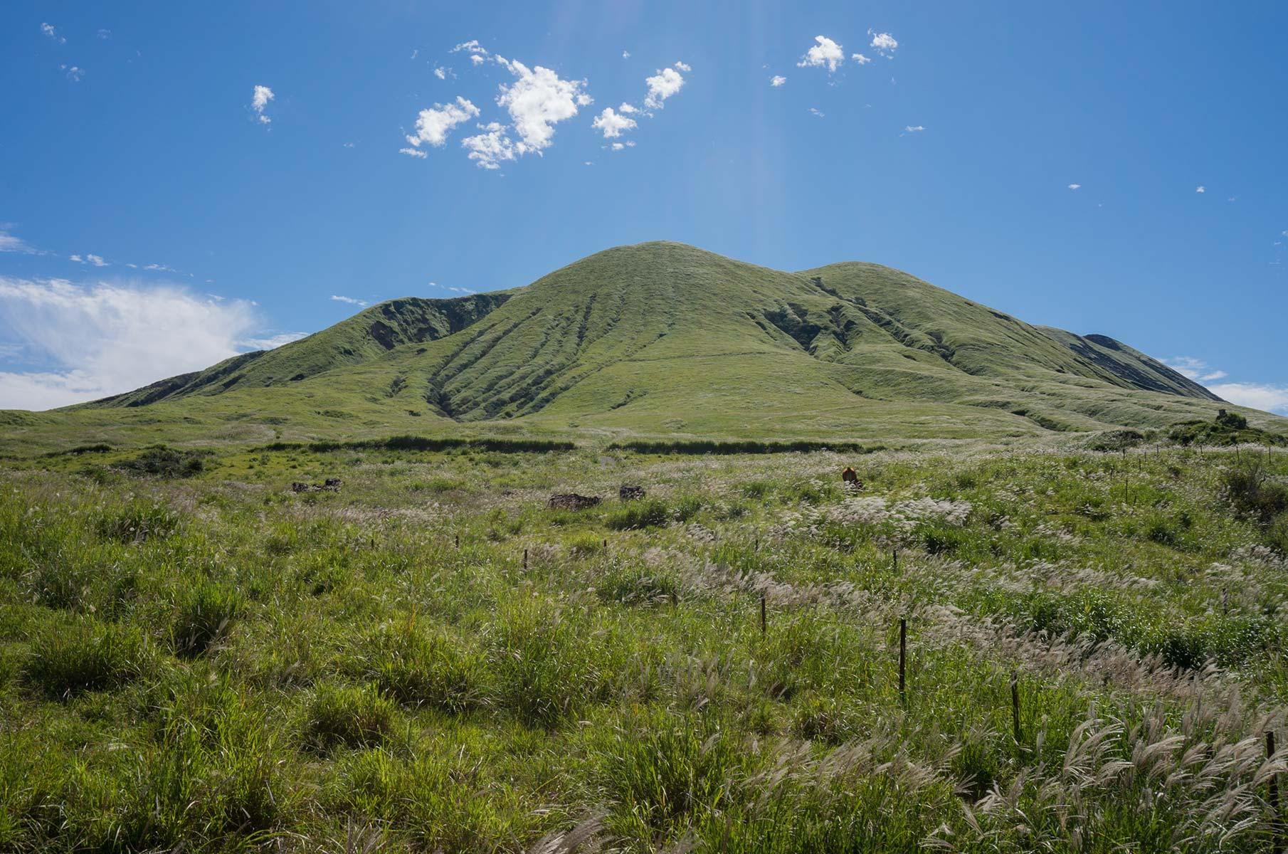 Mt. Ojodake in der Mt. Aso Gras- und Vulkanlandschaft, Japan