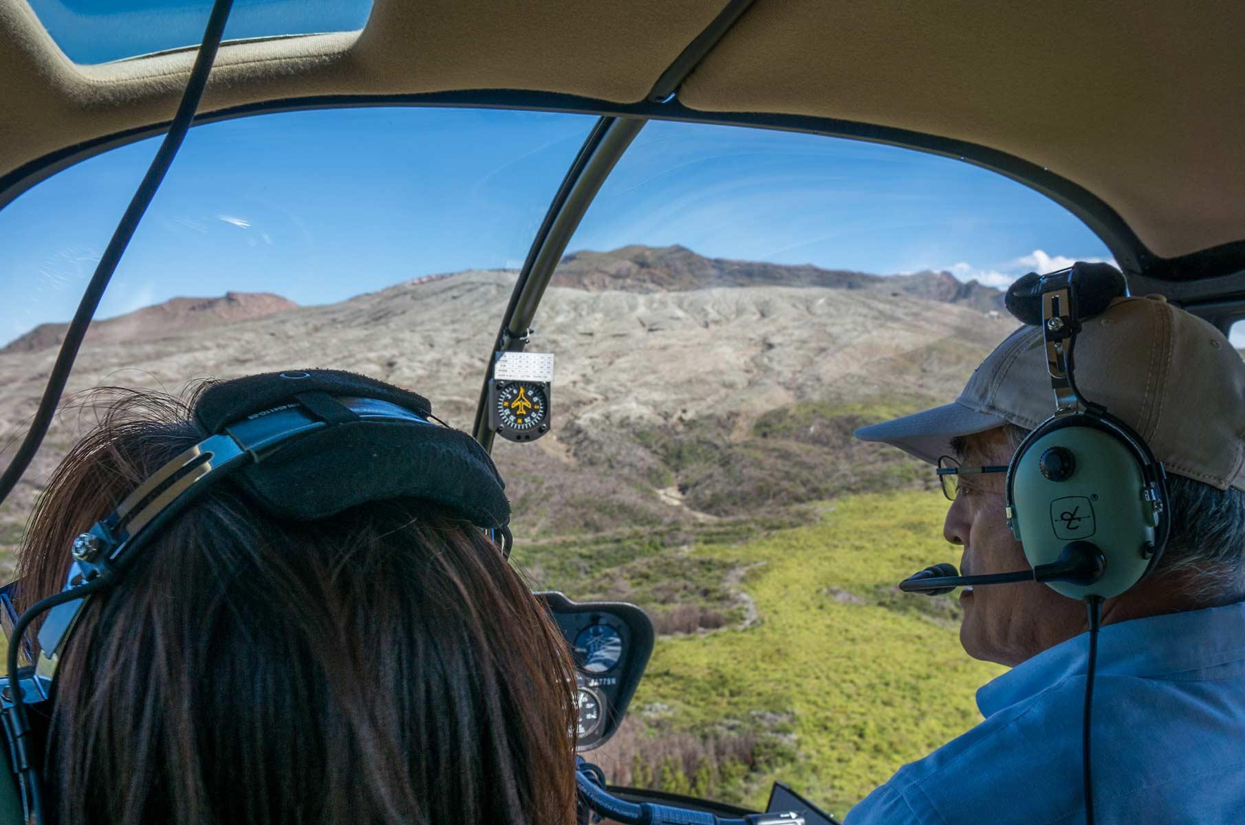 Robinson R44 Raven II Hubschrauberflug Mt. Aso Gras- und Vulkanlandschaft, Japan