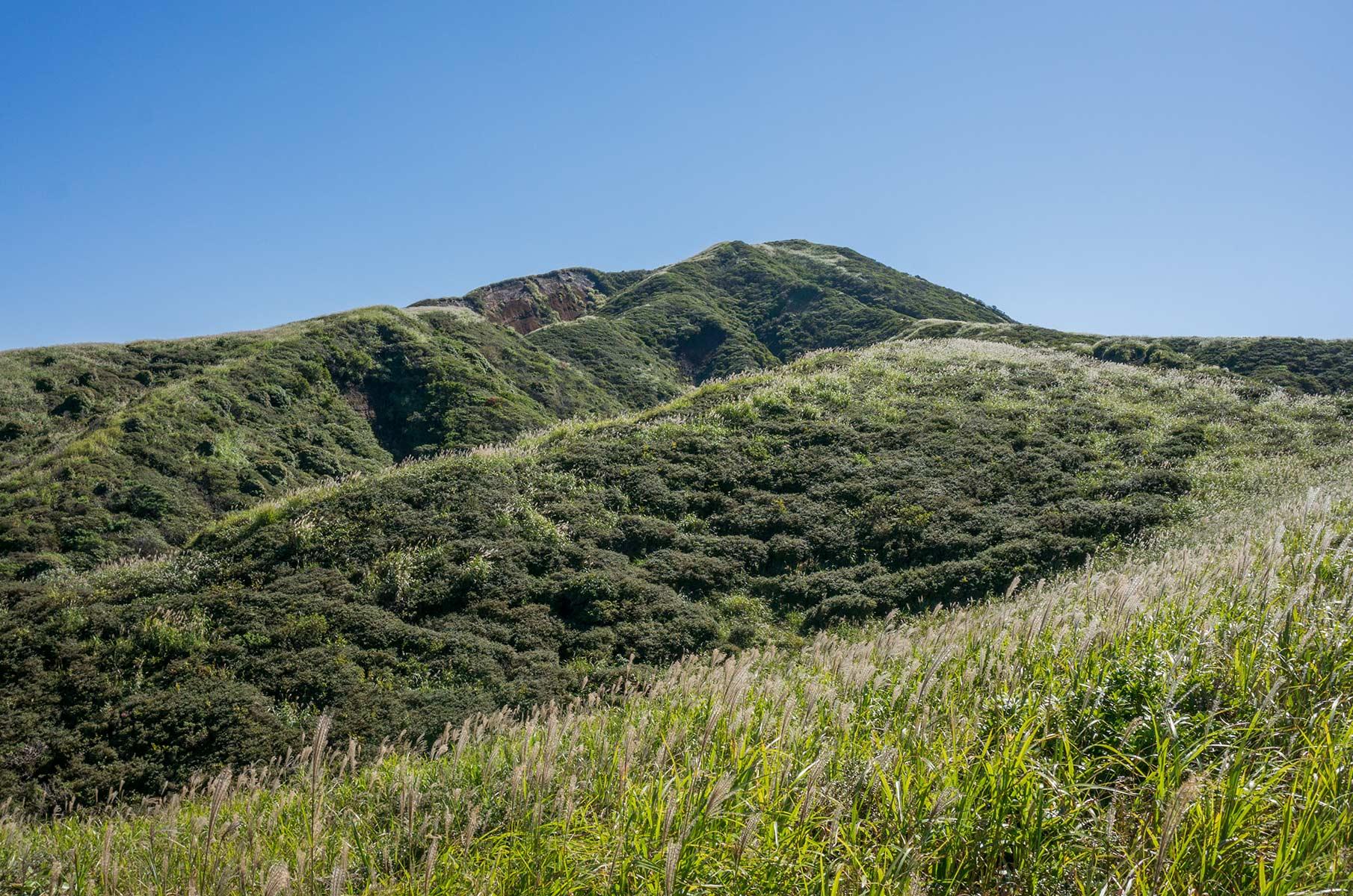 Blick Richtung Mt. Eboshi in der Mt. Aso Gras- und Vulkanlandschaft, Japan
