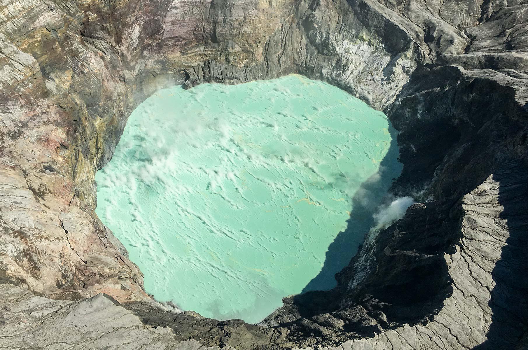 Blick in den Krater des Mt. Aso aus einem Hubschrauber, Japan