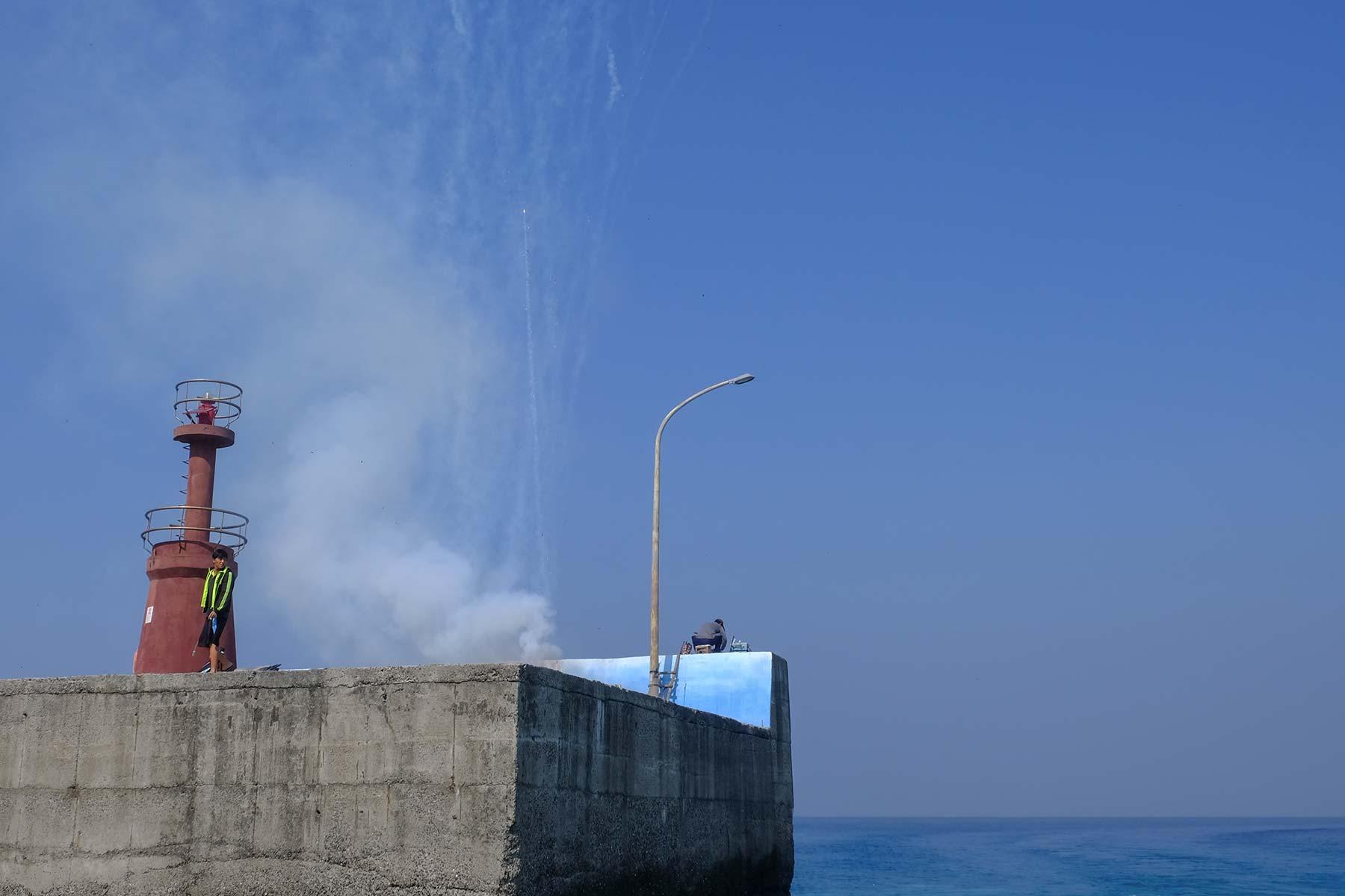 Feuerwerk zur Begrüßung auf der Insel Xiaoliuqiu in Taiwan