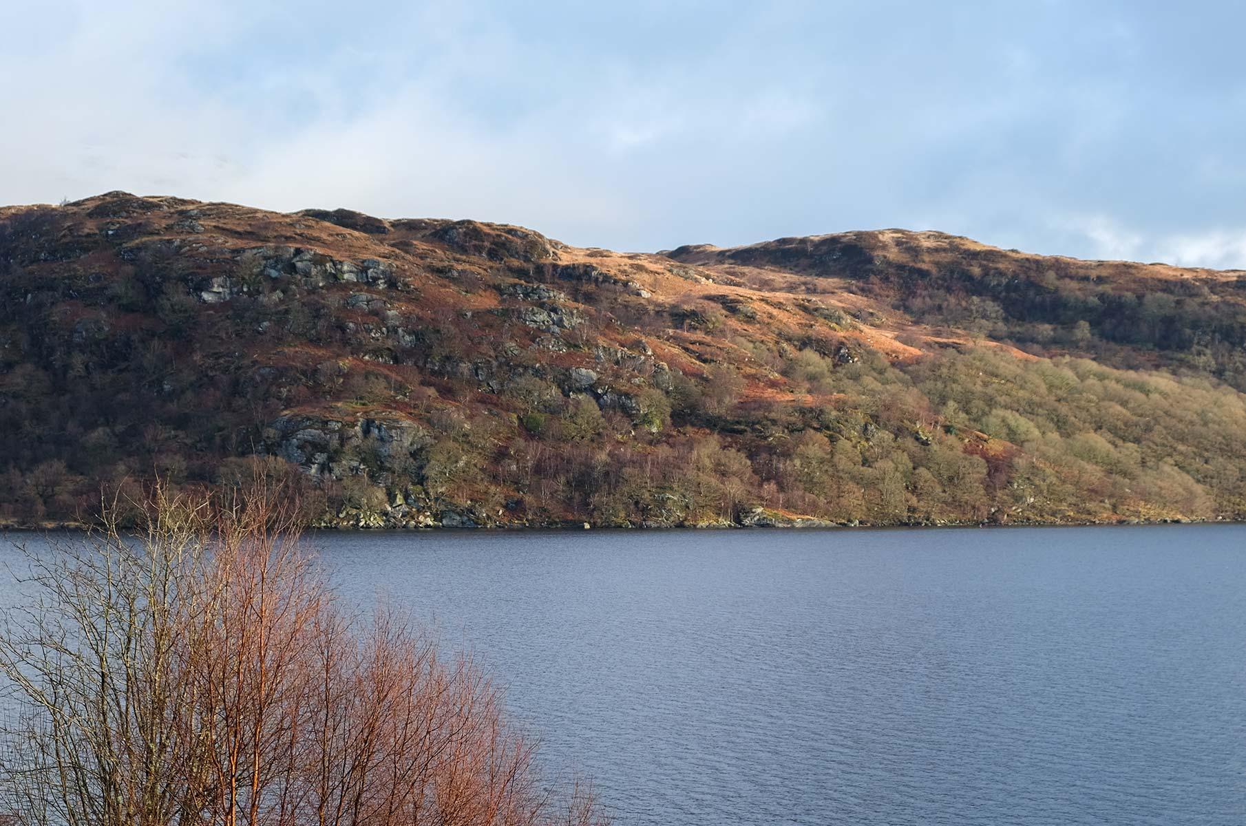 Blick vom Inveruglas Pyramid auf den Loch Lomond, Schottland