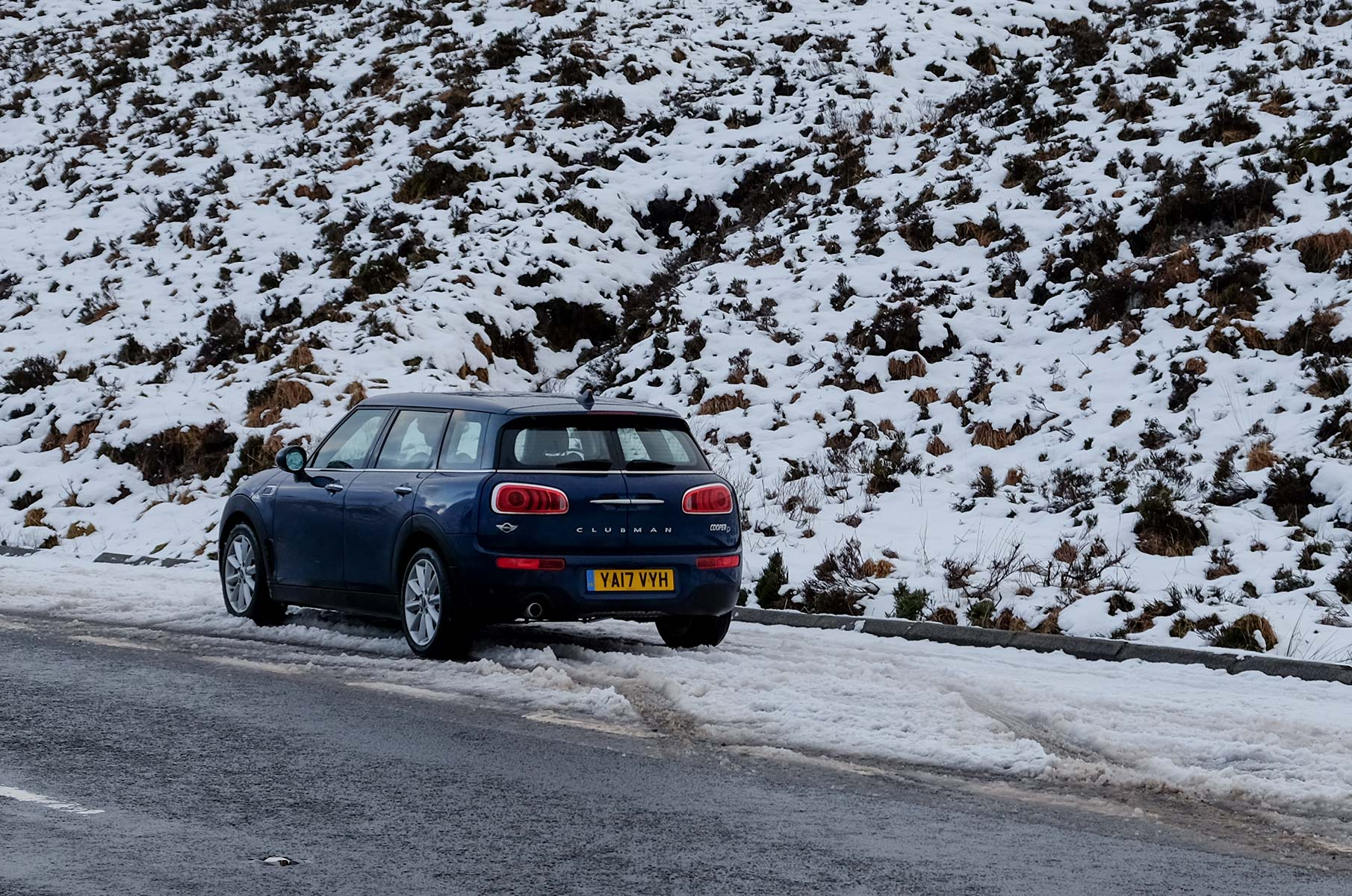 Mini Clubman im Winter in den Highlands, Schottland