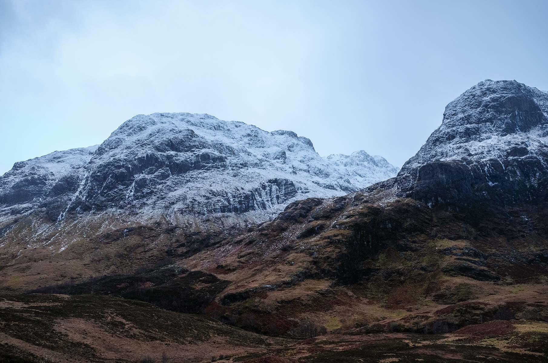 Blick auf den Bidean Nam Bian im Winter, Schottland