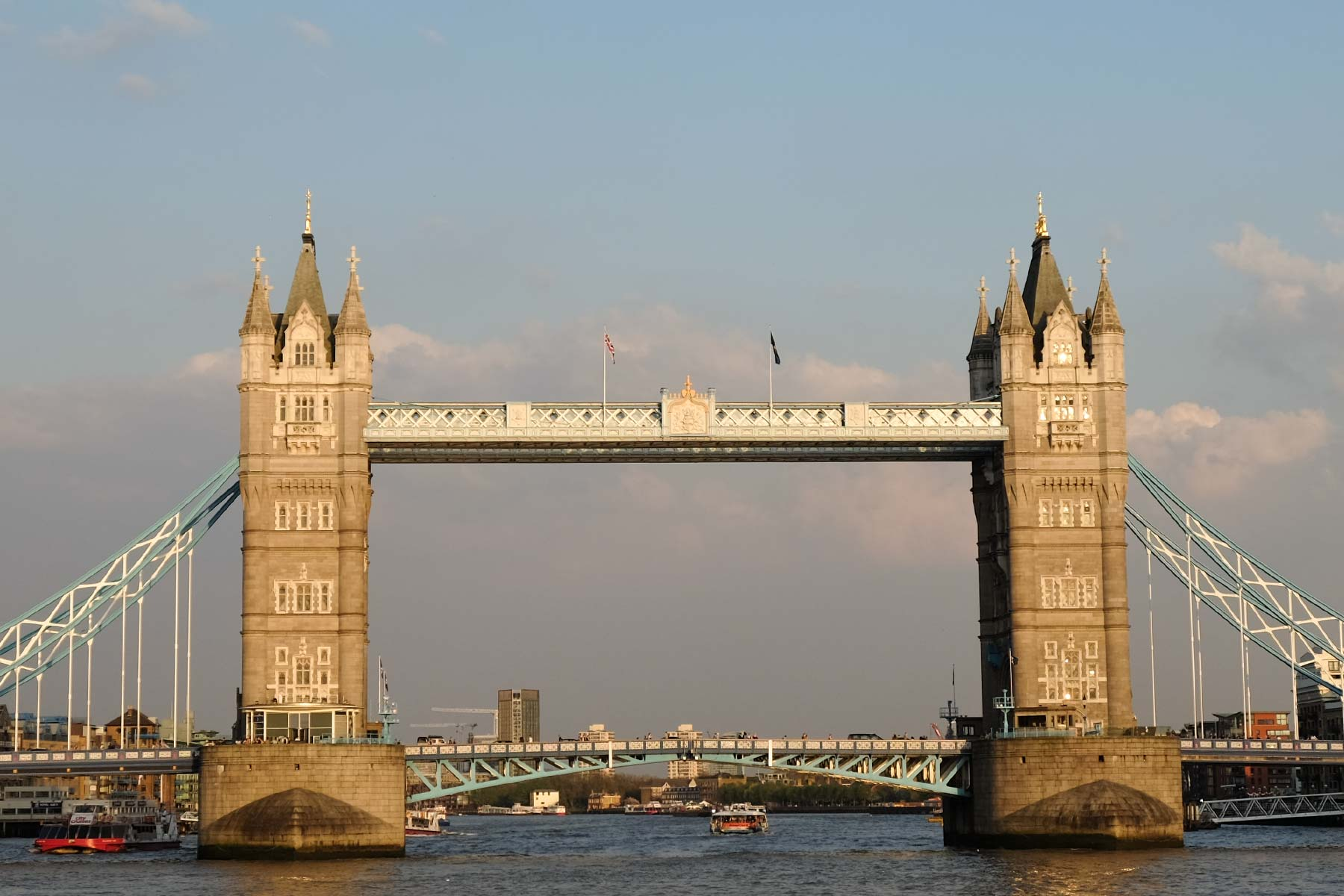 Tower Bridge bei Sonnenuntergang in London, England