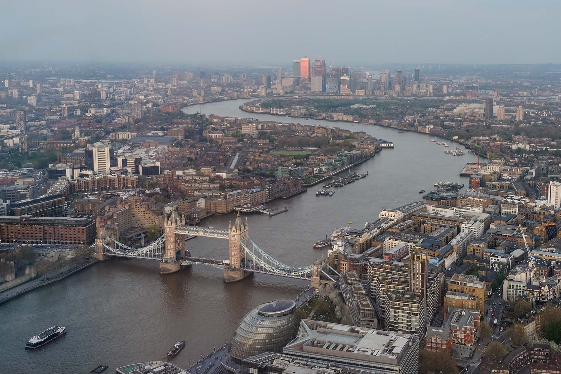 Blick vom The Shard auf die Tower Bridge in London, England