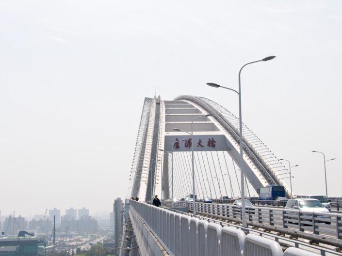 Auf der Nanpu Brücke und über den Dächern der Stadt