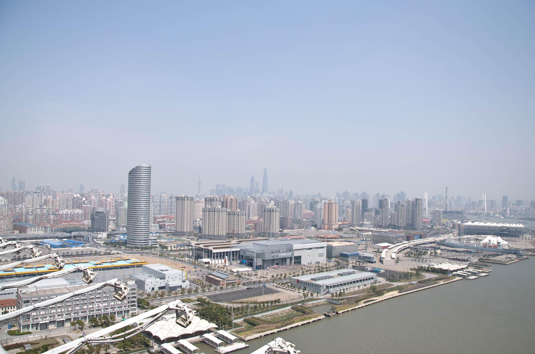 Blick von der Nanpu Bogenbrücke in Richtung Lujiazui in Shanghai, China