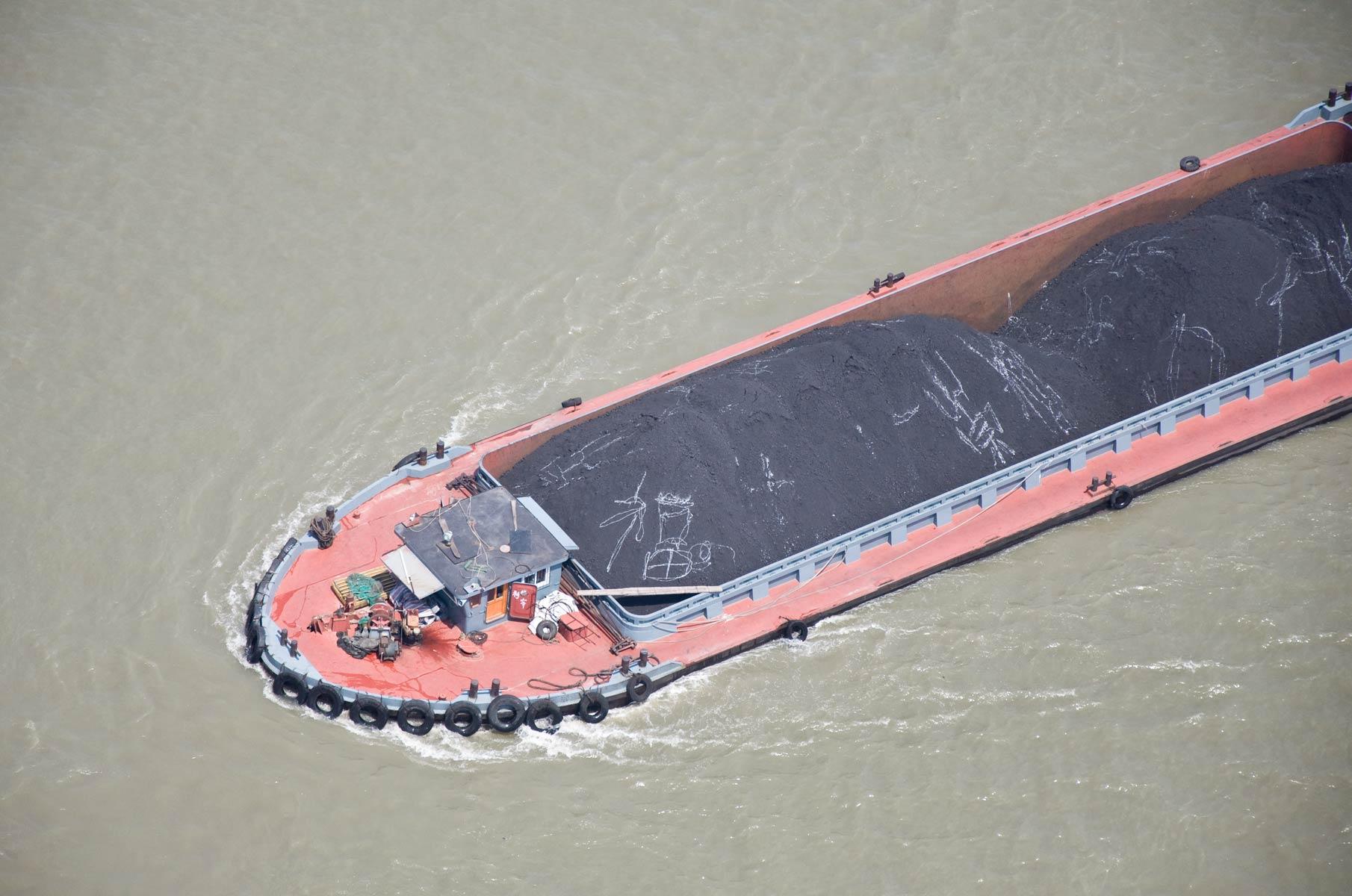 Blick von der Nanpu Bogenbrücke auf ein Boot im Huangpu Fluss