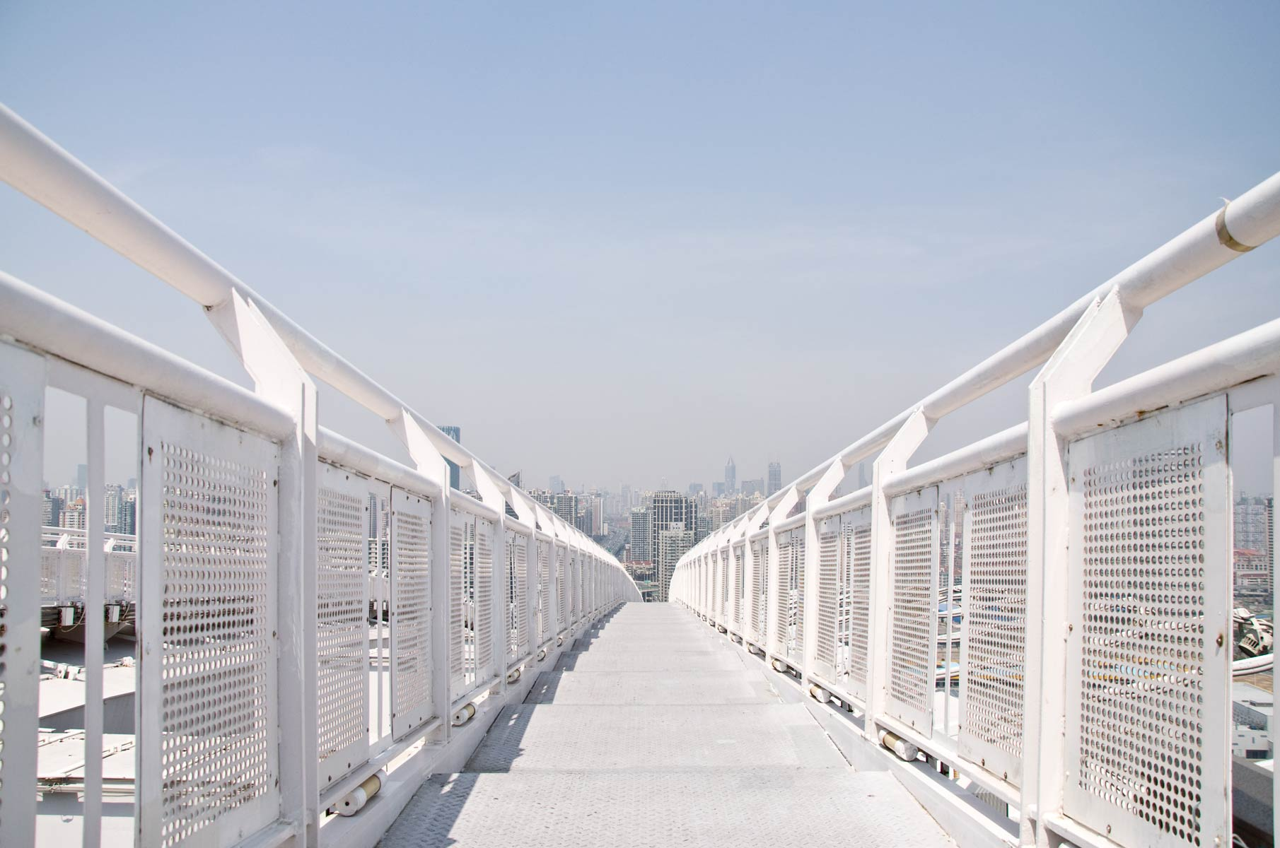 Auf einem der Bögen der Nanpu Brücke in Shanghai, China