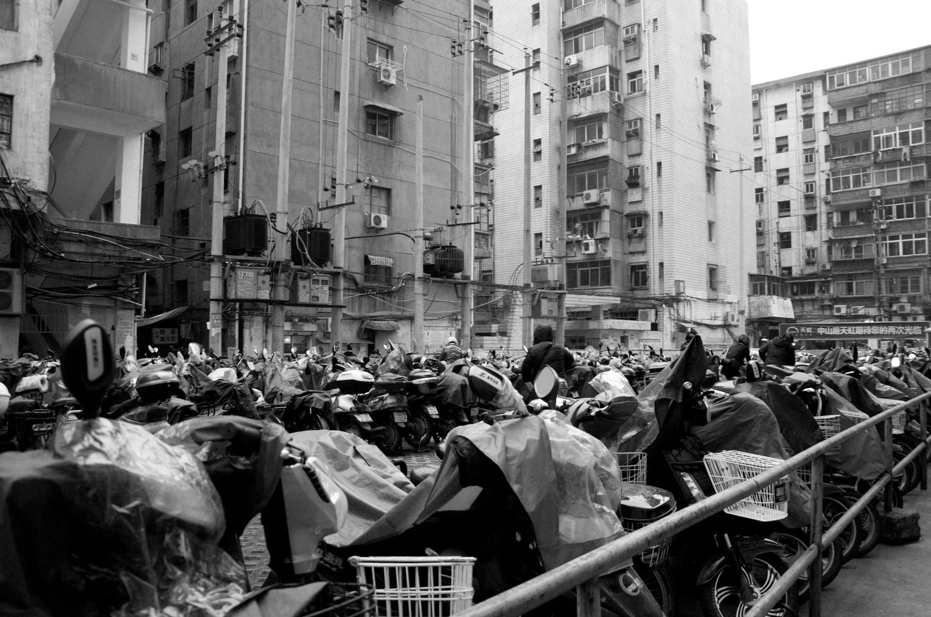Straßenszene aus Nanchang in China in Schwarz/Weiß