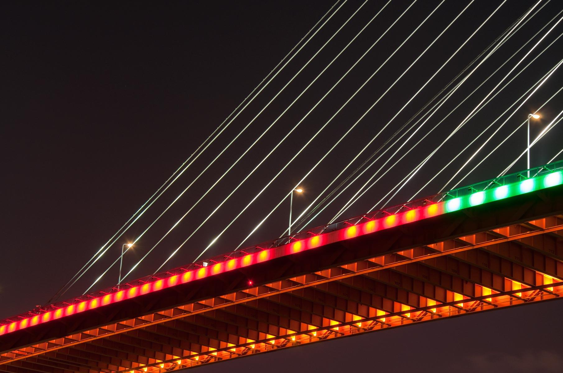 Beleuchtete Nanpu Brücke in Shanghai bei Nacht, China