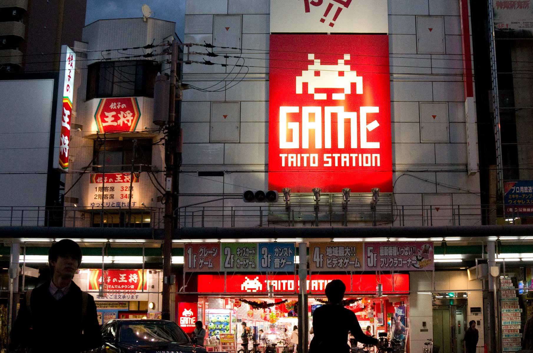 Taito Station im Amüsierviertel Nipponbashi in Osaka, Japan