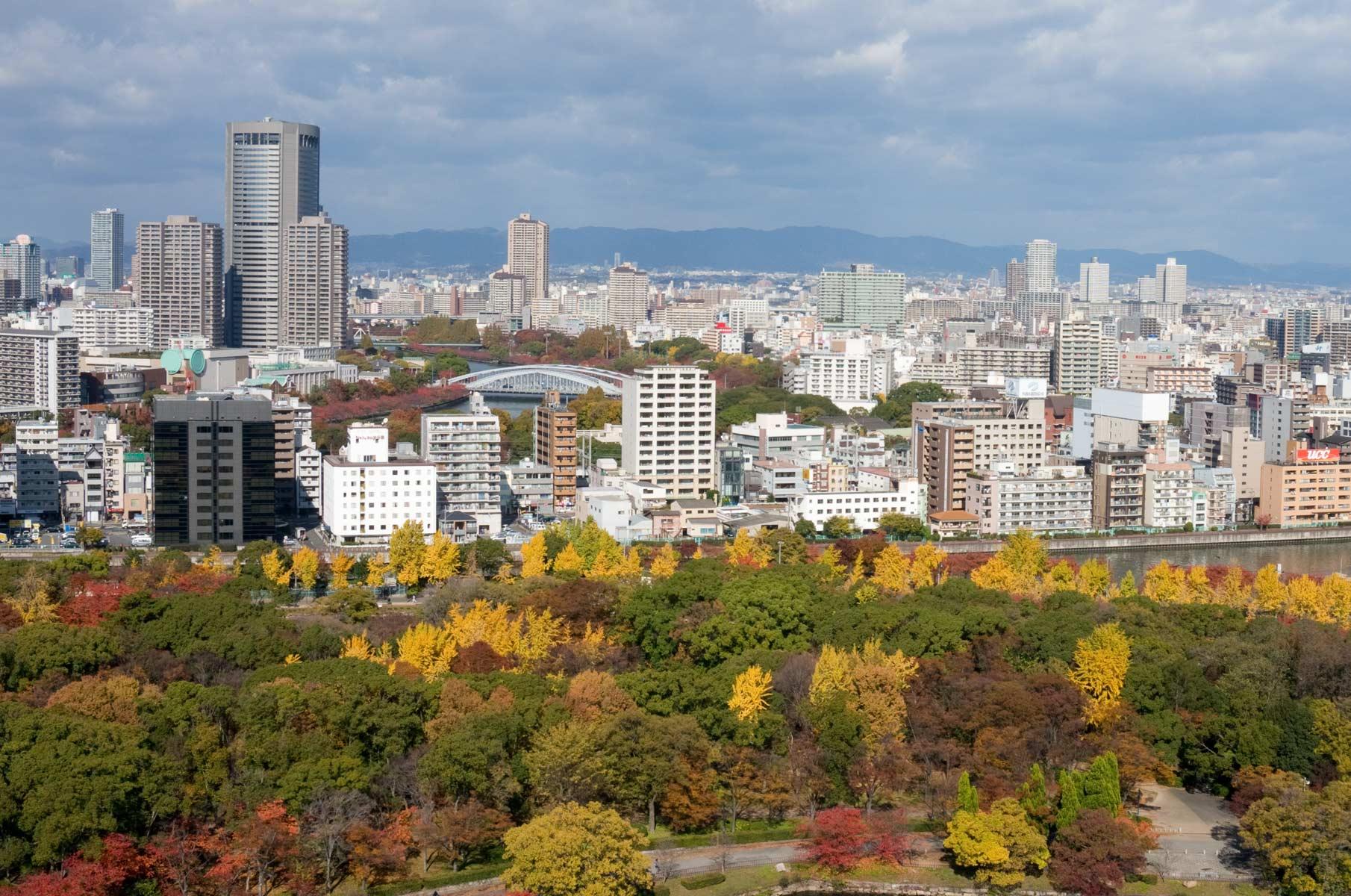 Blick auf Osaka mit farbenfrohem Herbstlaub von der Burg Osaka in Japan
