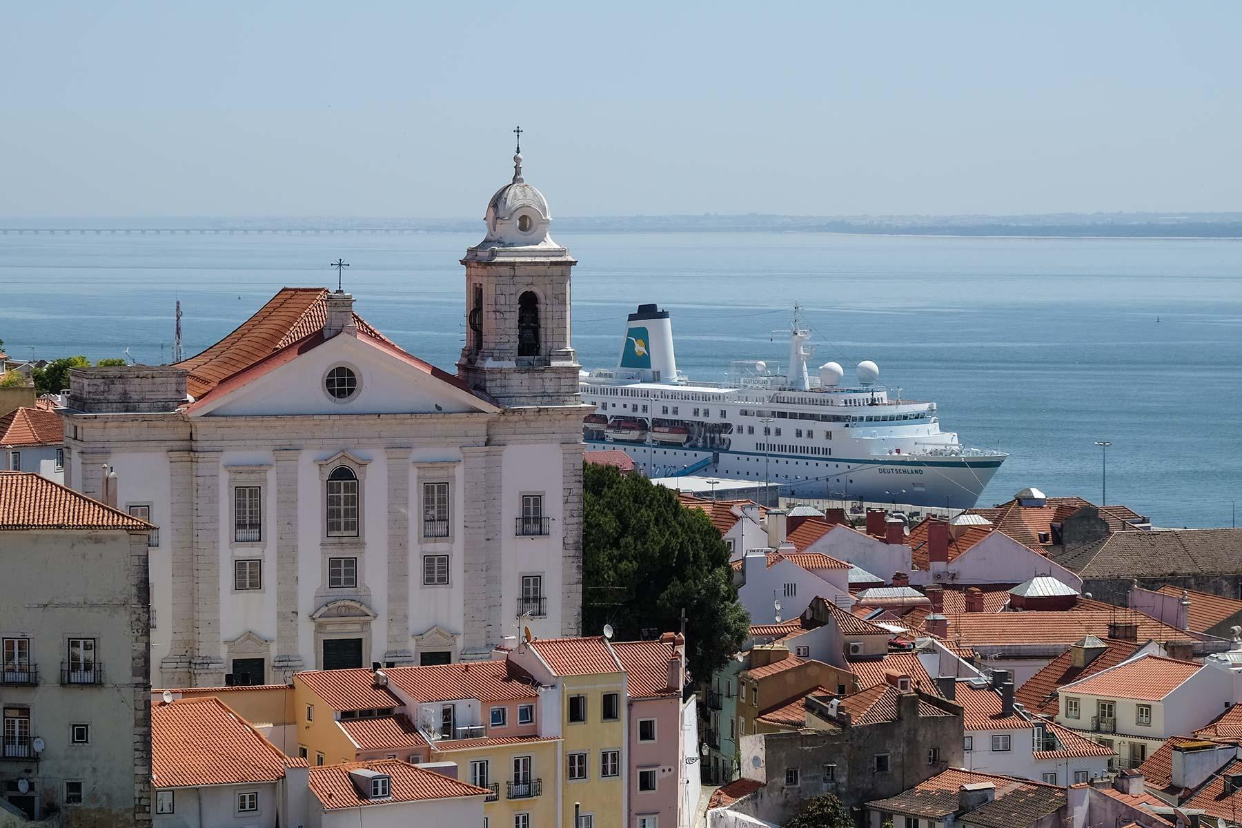 Blick vom Aussichtspunkt Miradouro de Santa Luzia in Lissabon, Portugal