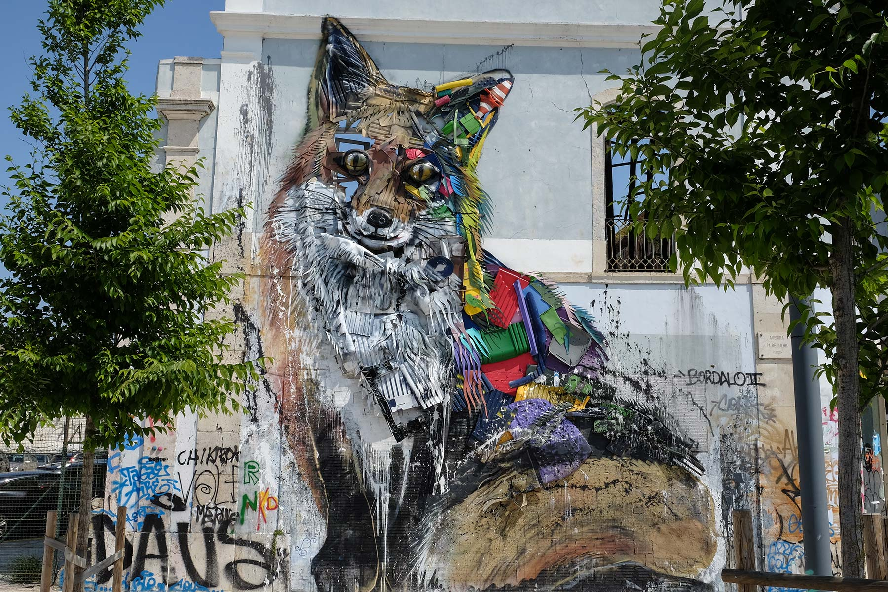 Fuchs Installation des Künstlers Bordalo II in Lissabon, Portugal