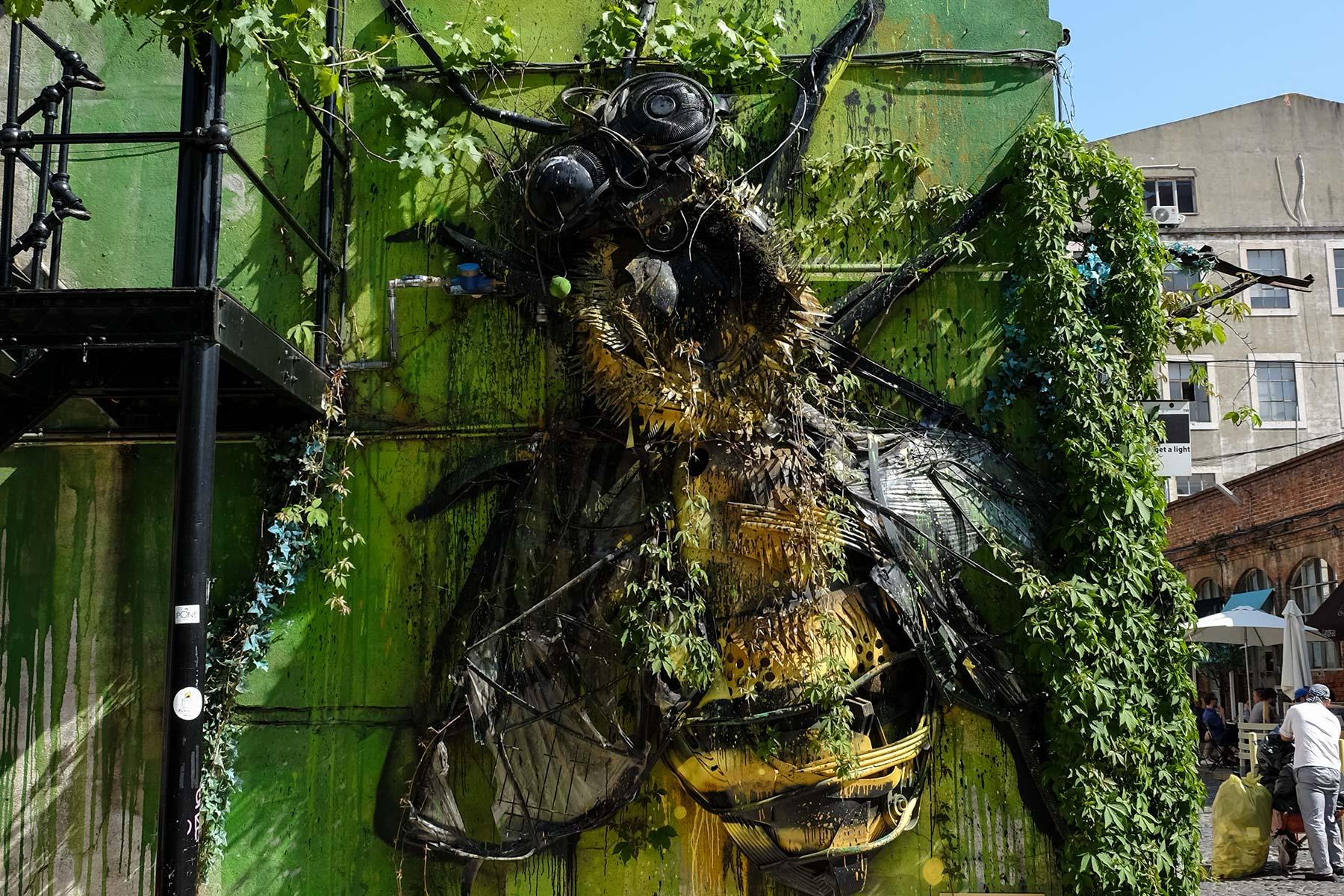 Honigbiene Installation des Künstlers Bordalo II in Lissabon, Portugal