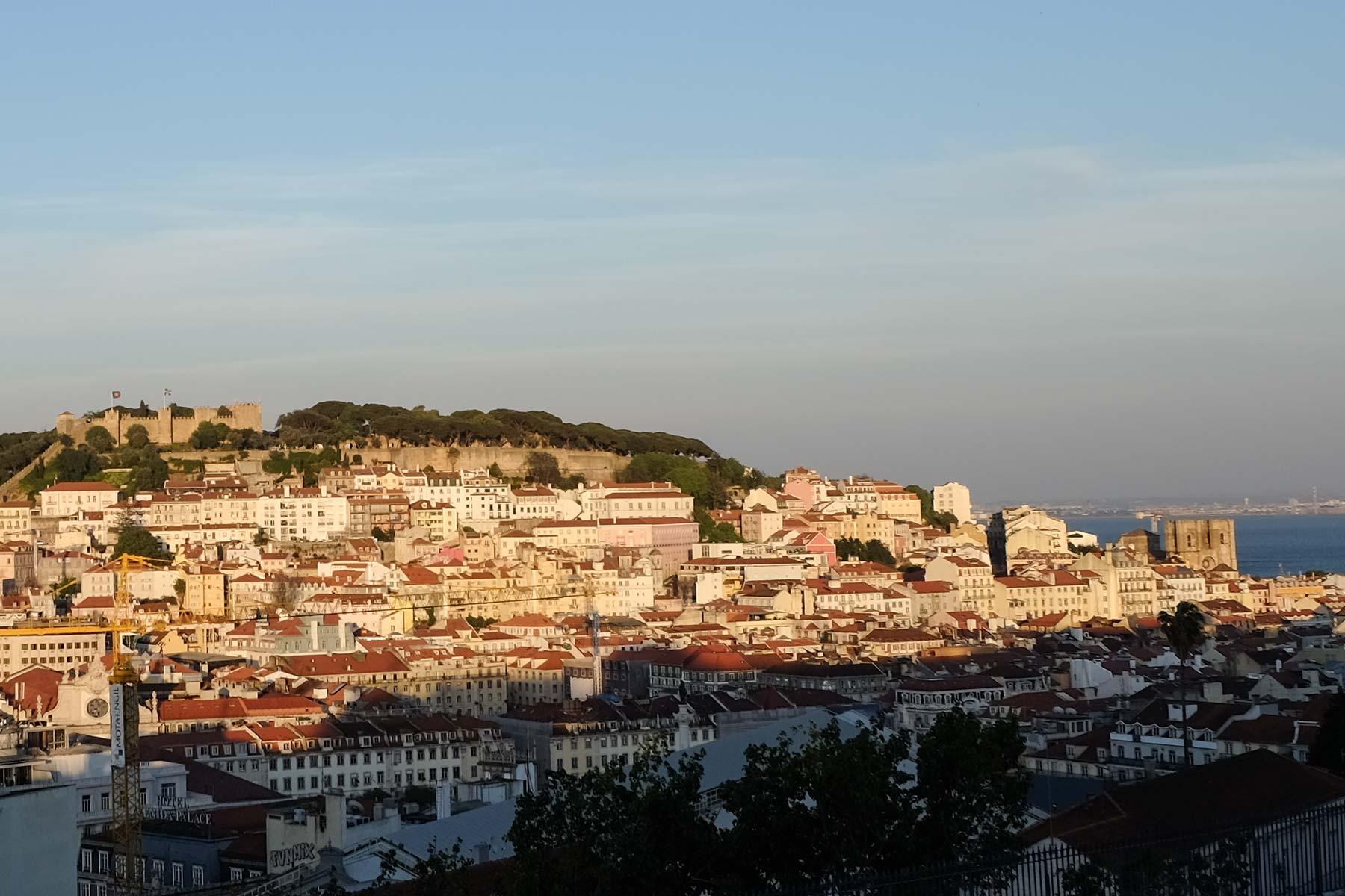 Blick vom Miradouro de São Pedro de Alcântara in Lissabon, Portugal