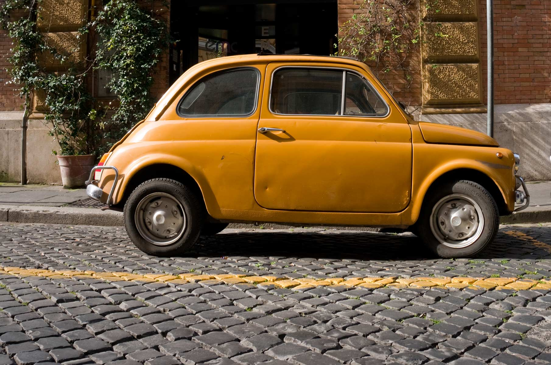 Gelber Fiat 500 in Rom, Italien