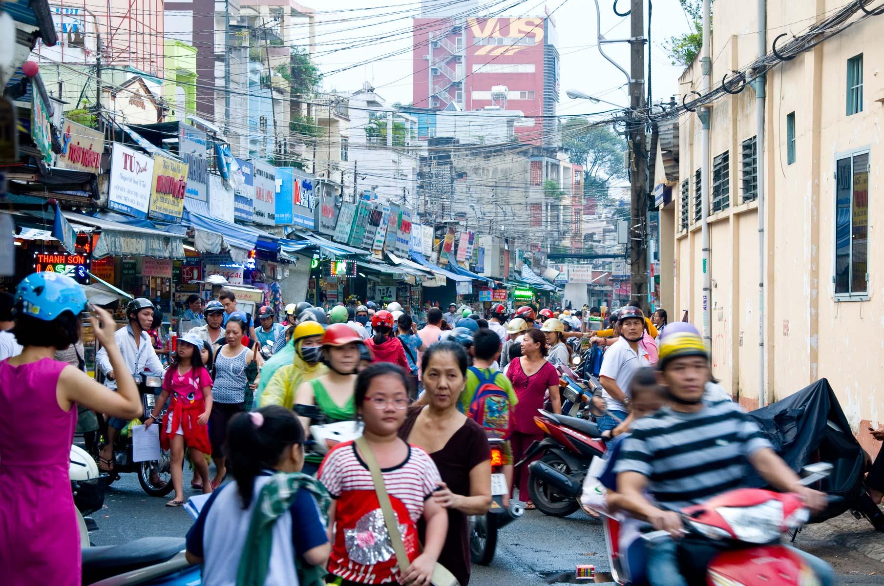 Verkehr mit Rollern/Mopeds in Saigon (Ho-Chi-Minh Stadt), Vietnam