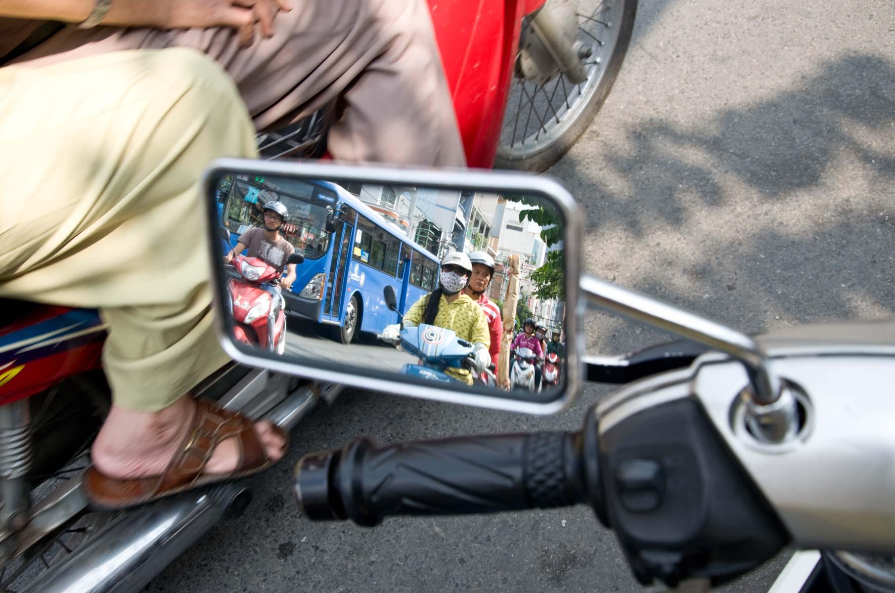 Rollern/Mopeds im Rückspiegel in Saigon (Ho-Chi-Minh Stadt), Vietnam