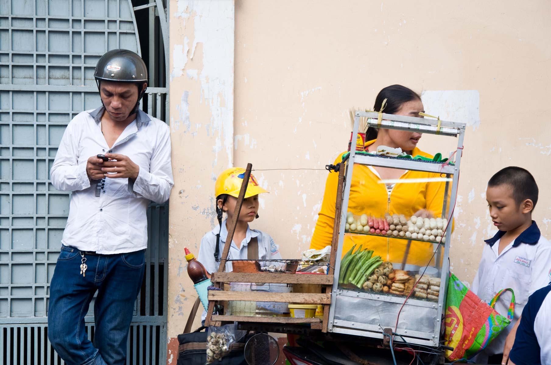 Straßenverkauf von Snacks in Saigon (Ho-Chi-Minh Stadt), Vietnam