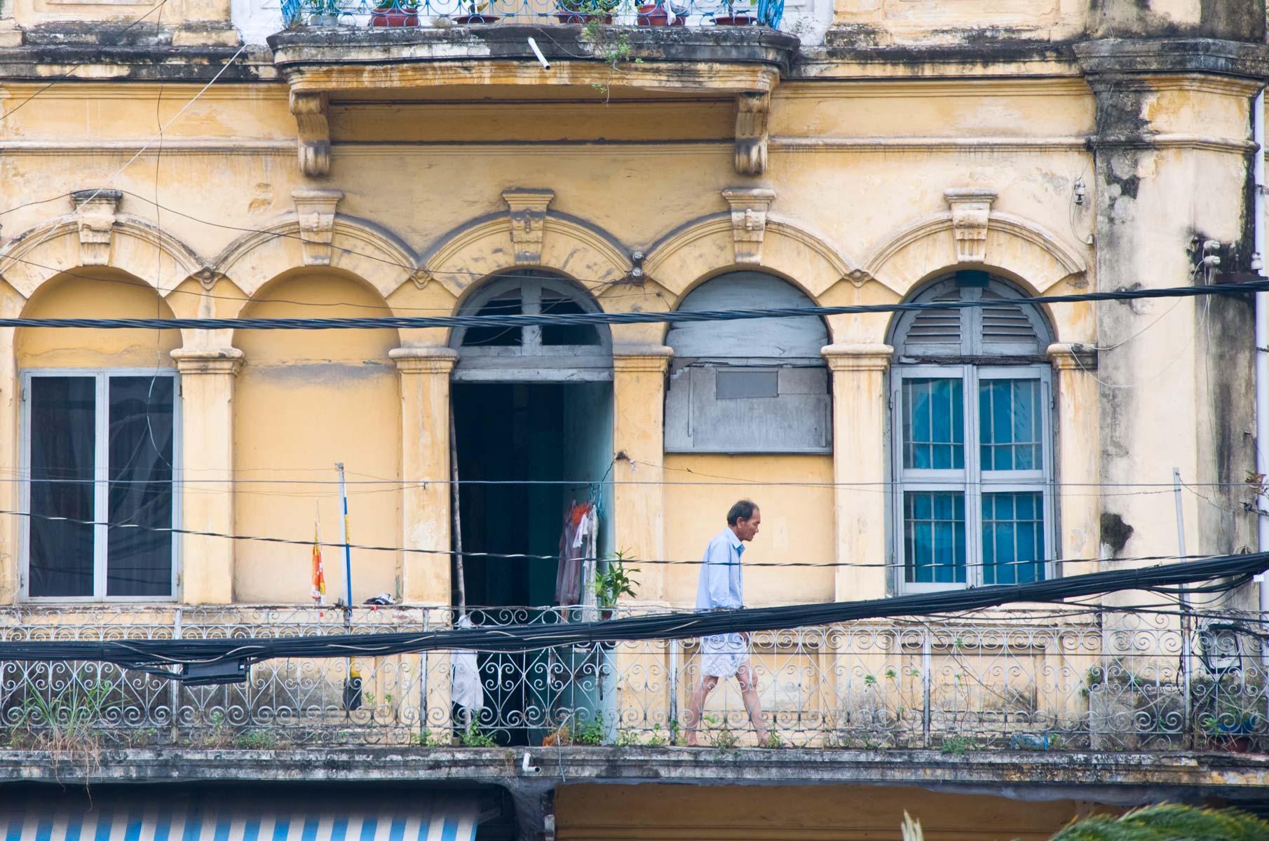 Mann auf Balkon in Saigon (Ho-Chi-Minh Stadt), Vietnam