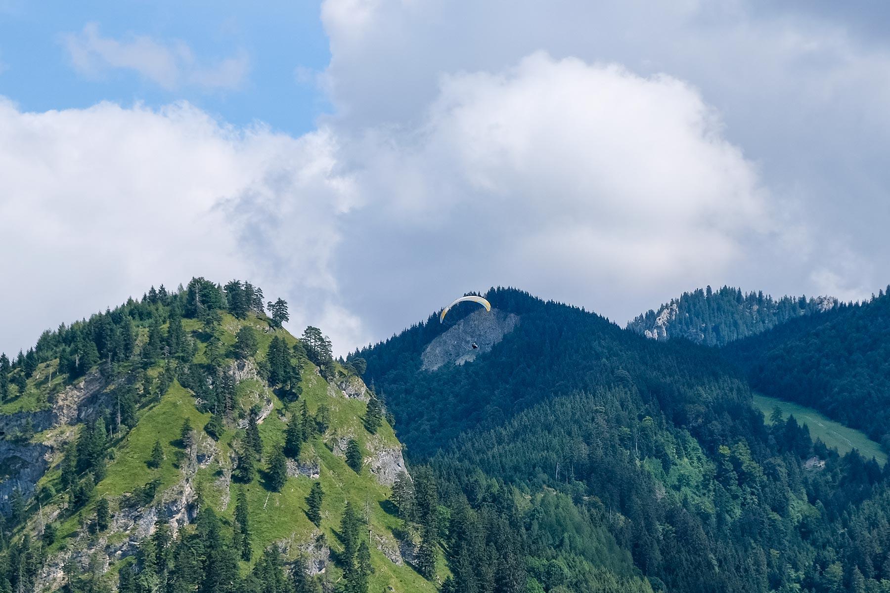 Gleitschirmflieger in der Umgebung des Schloss Neuschwanstein