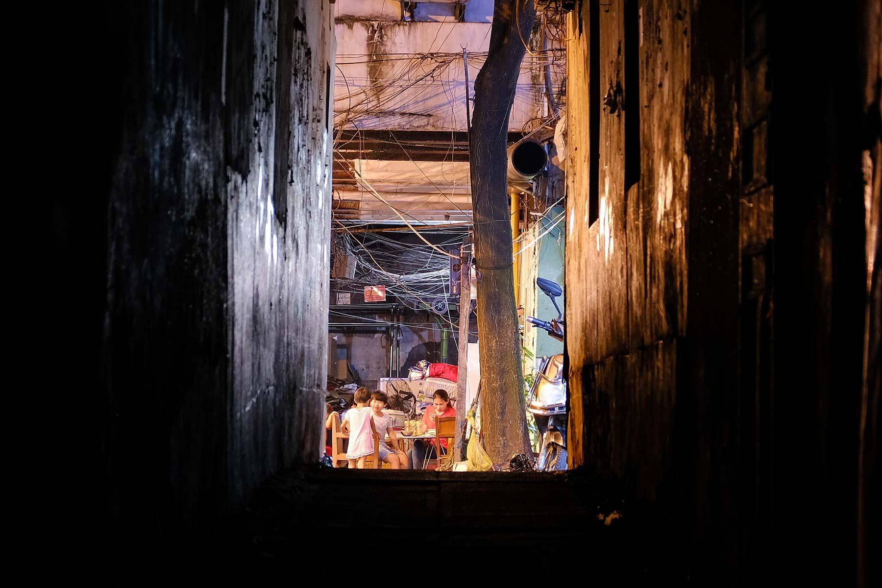 Familie beim Essen in der Nacht in der Altstadt von Shanghai.