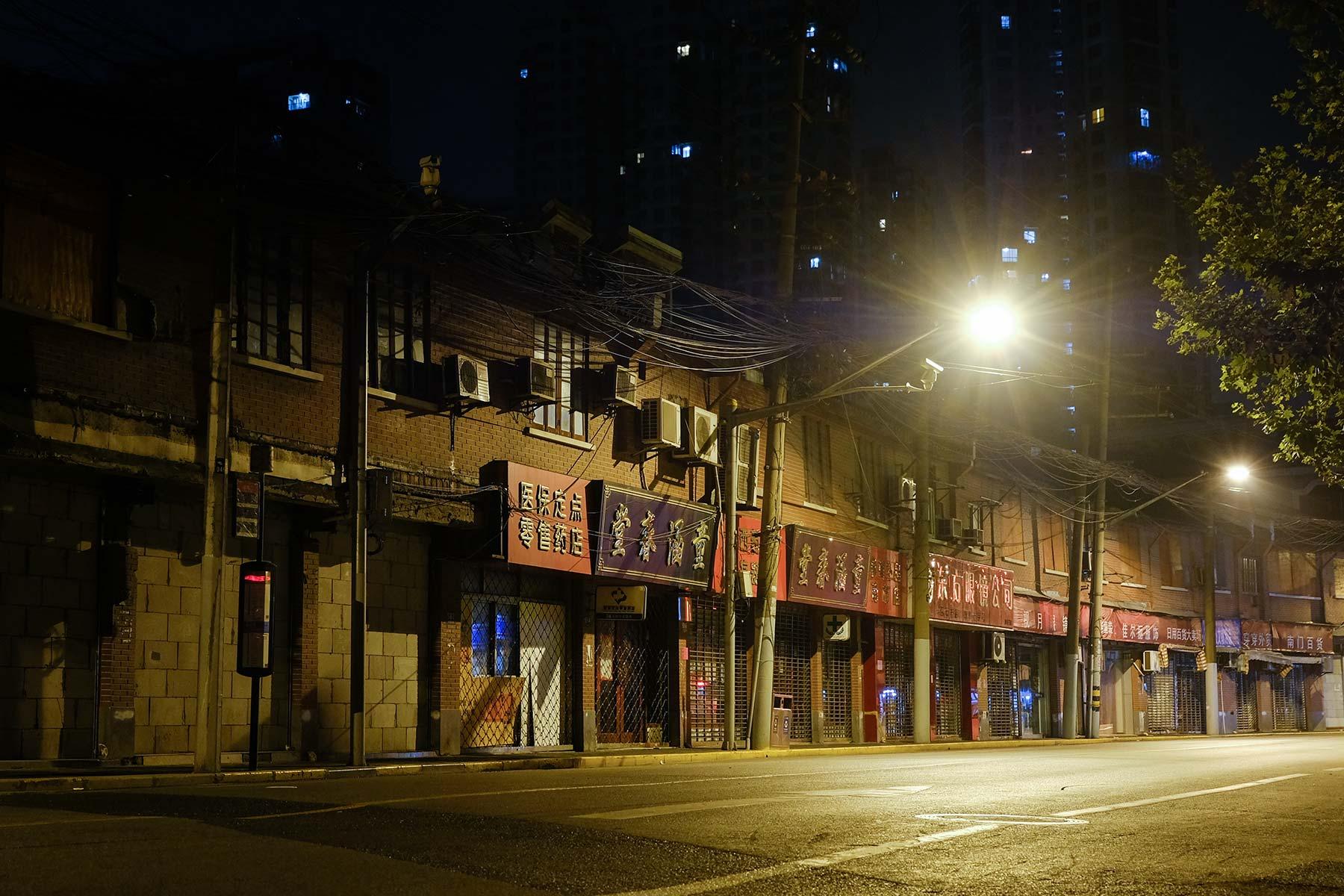 Ladenstraße bei Nacht in Shanghai Altstadt